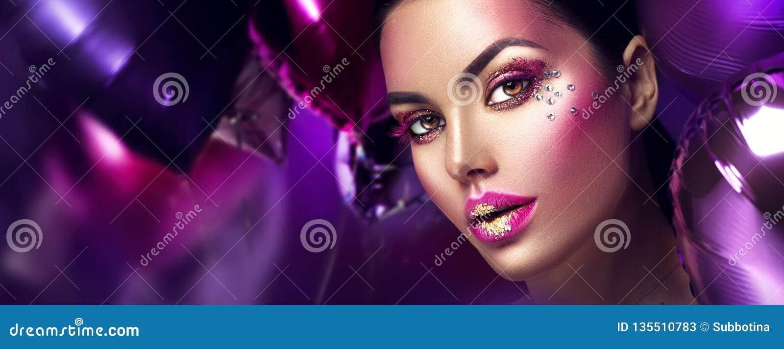 Make-up van de het meisjes de creatieve kunst van de schoonheidsmannequin met gemmen Vrouwengezicht over purpere, roze en violett