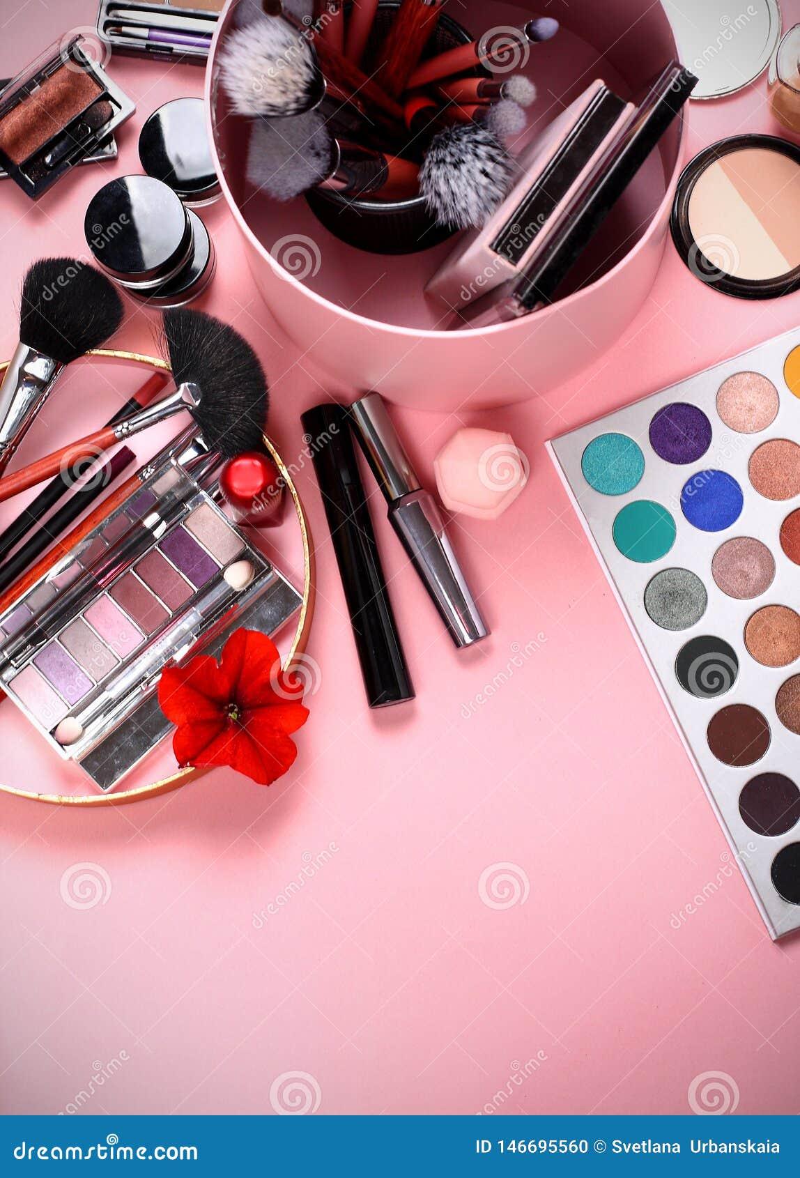 Make-upb?rsten und Kosmetik auf einem rosa Hintergrund, Magazin