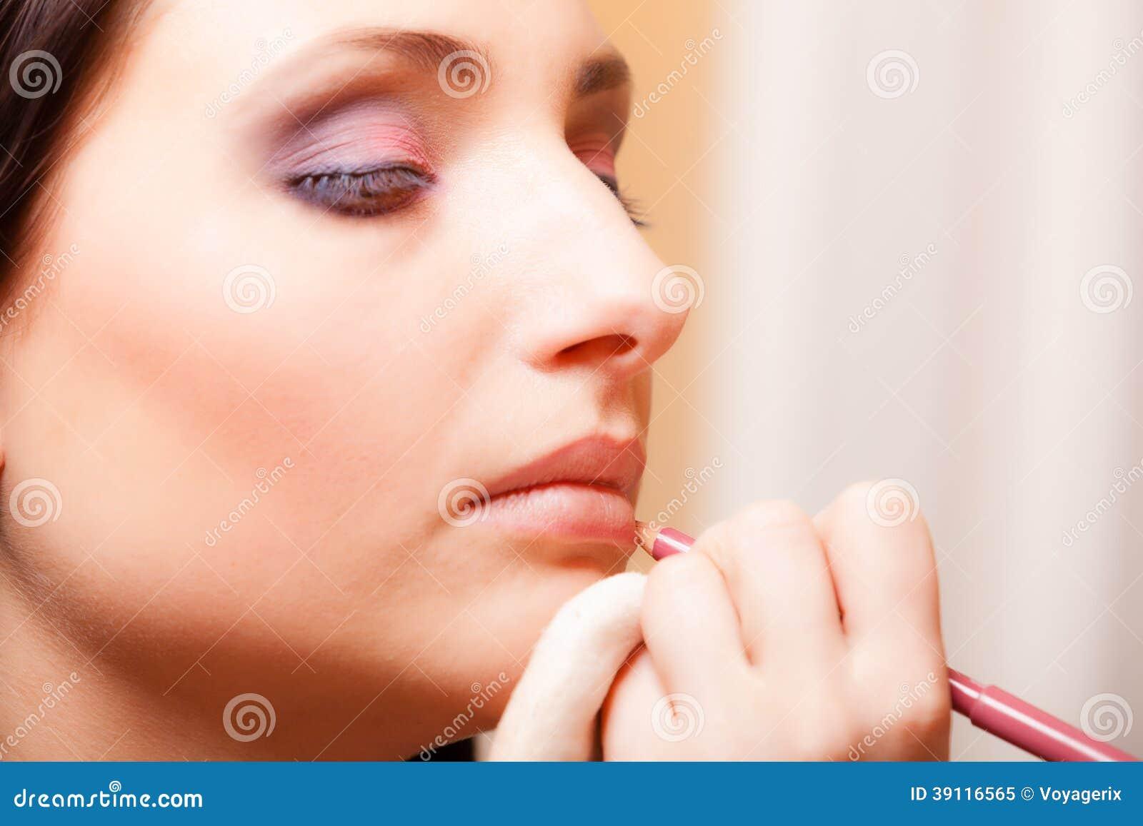 Make-upkunstenaar die schoonheidsmiddel op lippenvrouw toepassen