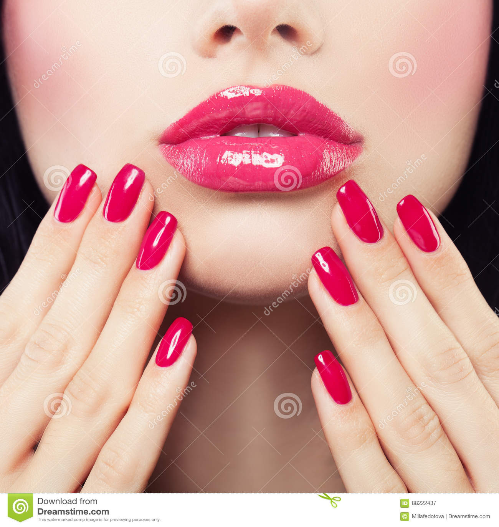 Make-uplippen Mit Rosa Glattem Lippenstift Und Rosa Nägeln Stockbild ...