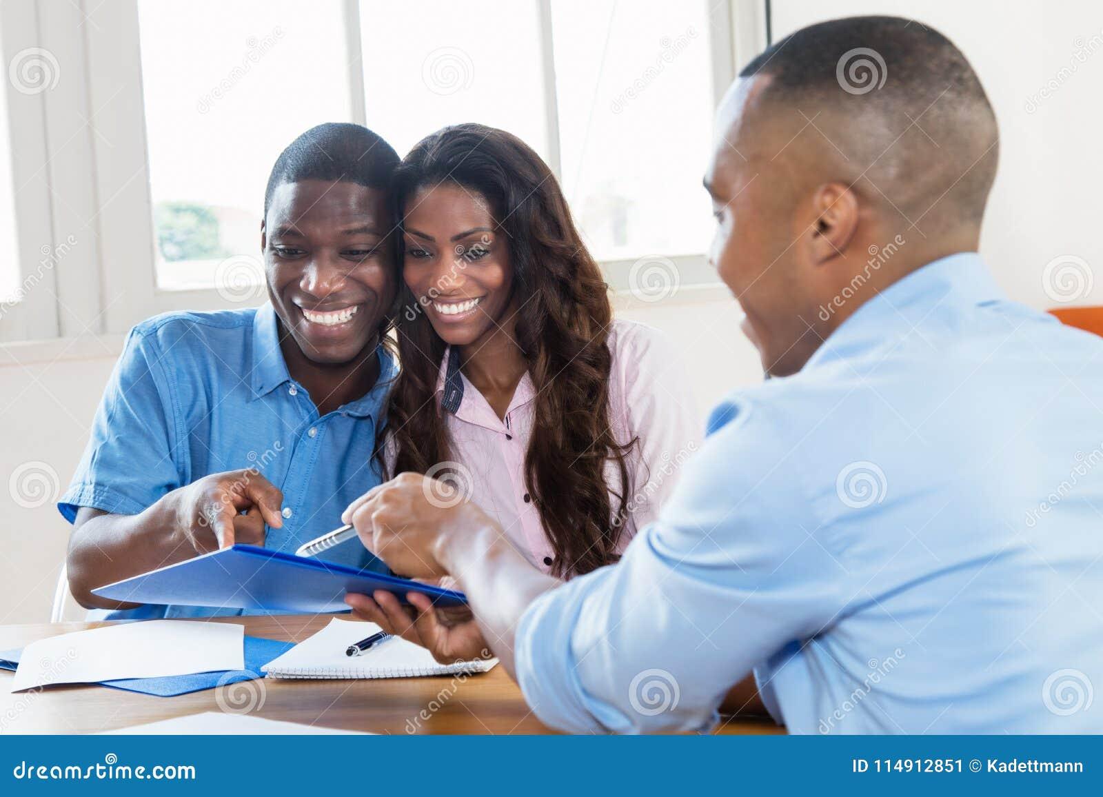 Makelaar in onroerend goed die contract voorleggen aan Afrikaans Amerikaans paar