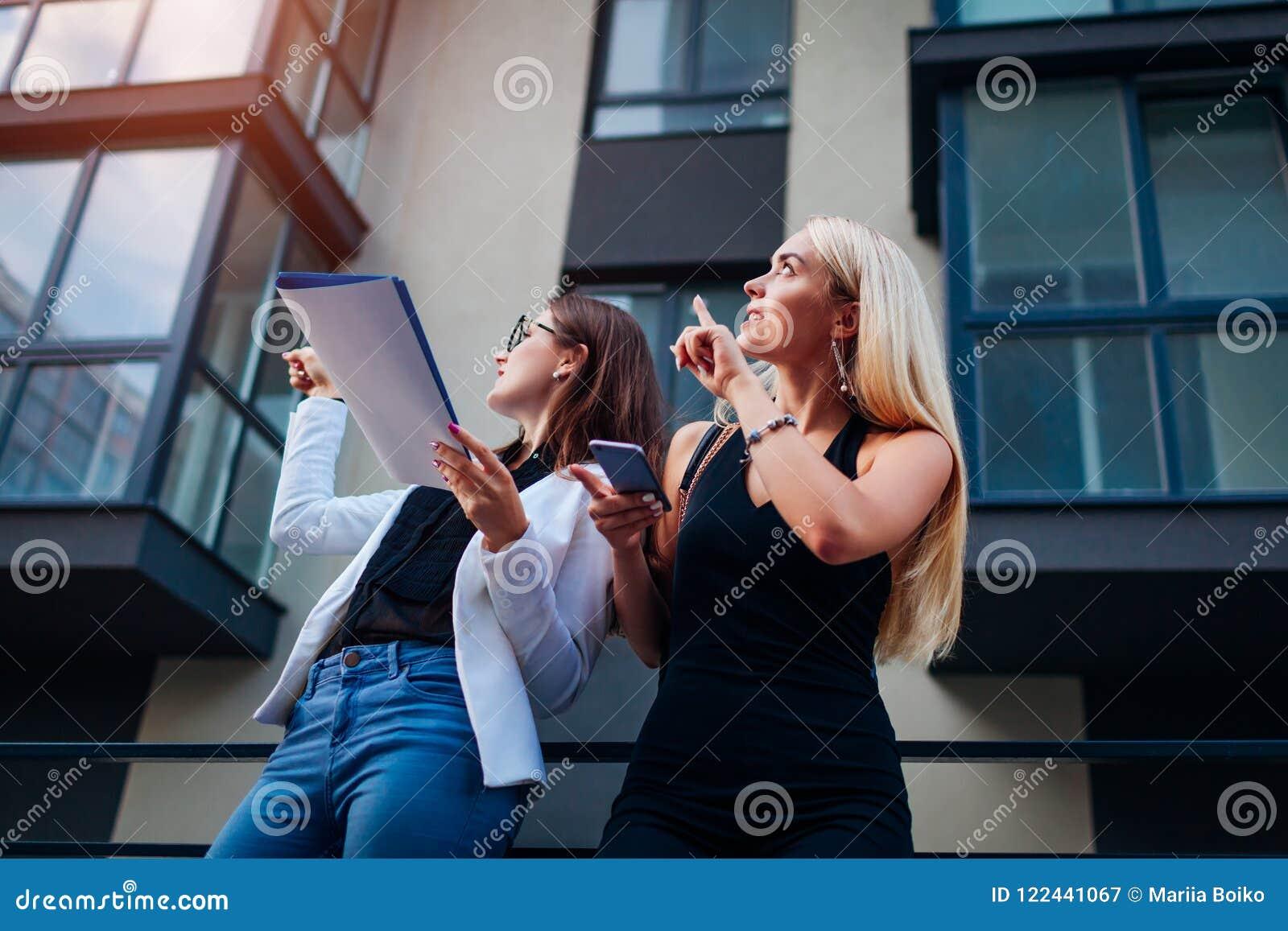 Makelaar in onroerend goed die nieuwe flat voorstellen aan cliënt De onderneemster toont de bouw aan klant