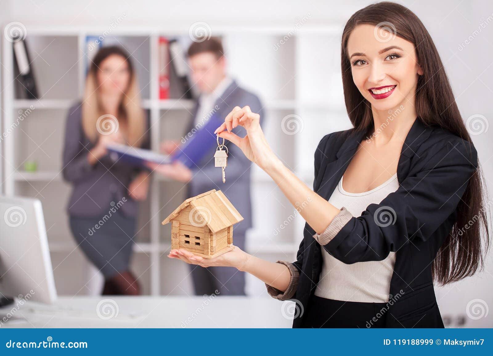 Makelaar in onroerend goedportret met familie die nieuw huis krijgen Zaken