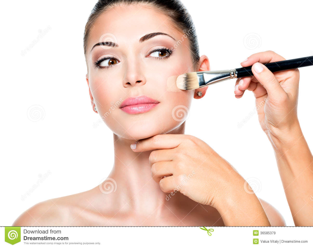 How to apply the tonal foundation on the face correctly: video and step-by-step instructions for applying the foundation with fingers, sponge and brush to mask skin imperfections and wrinkles 41