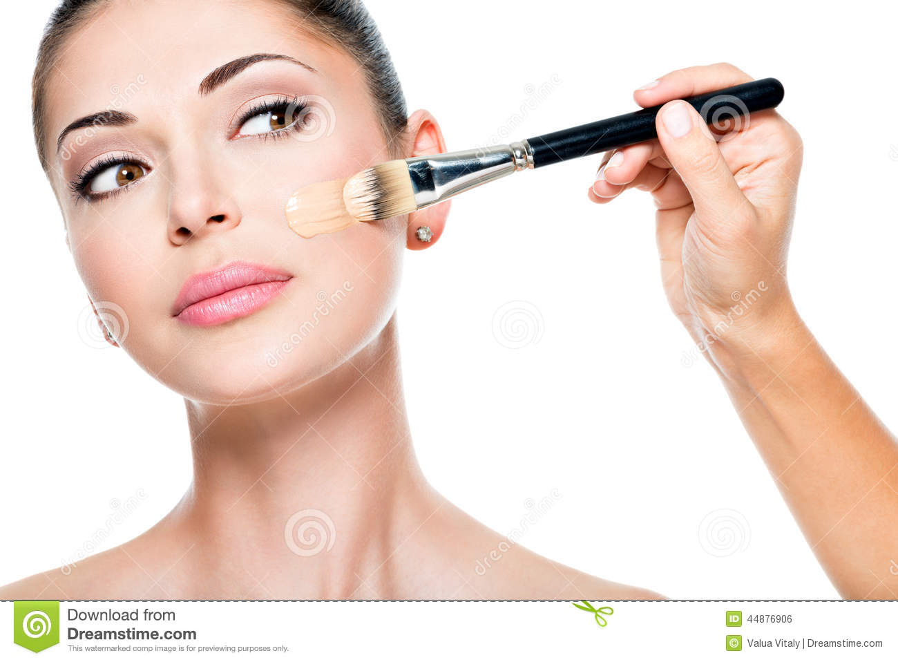 How to apply the tonal foundation on the face correctly: video and step-by-step instructions for applying the foundation with fingers, sponge and brush to mask skin imperfections and wrinkles 42