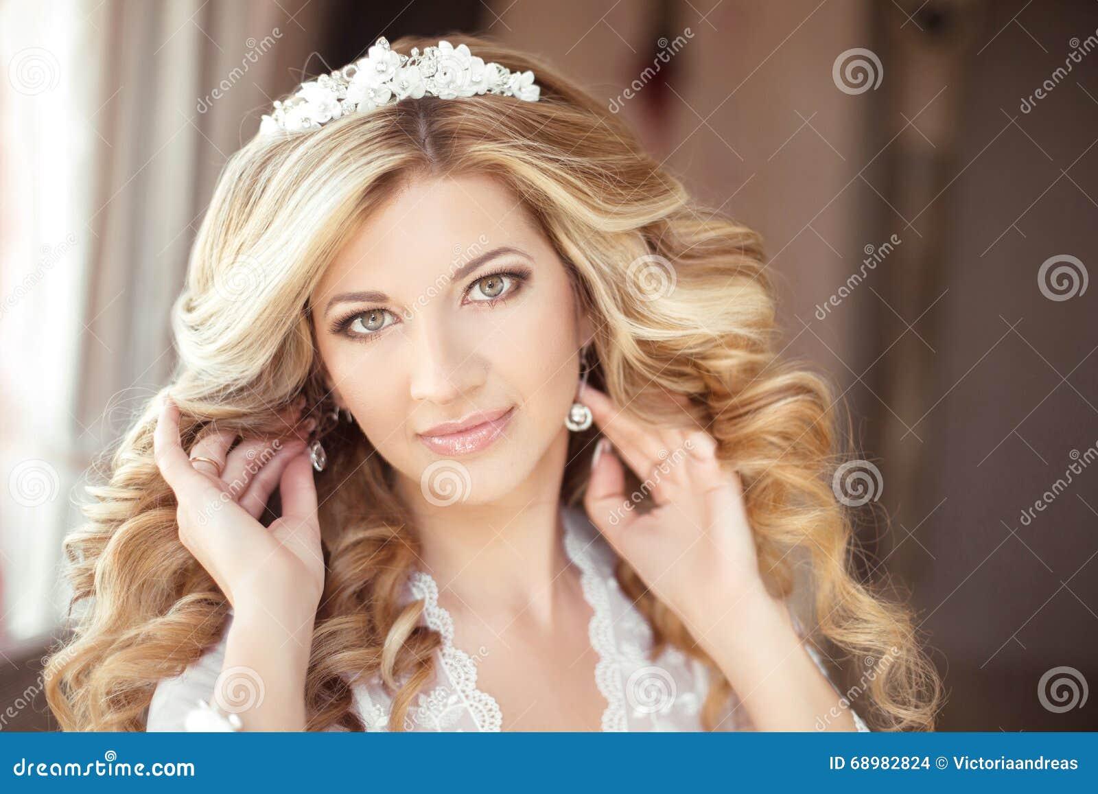 Portret Van Een Mooie Bruid Met Een Diadeem Van Bloemen Op