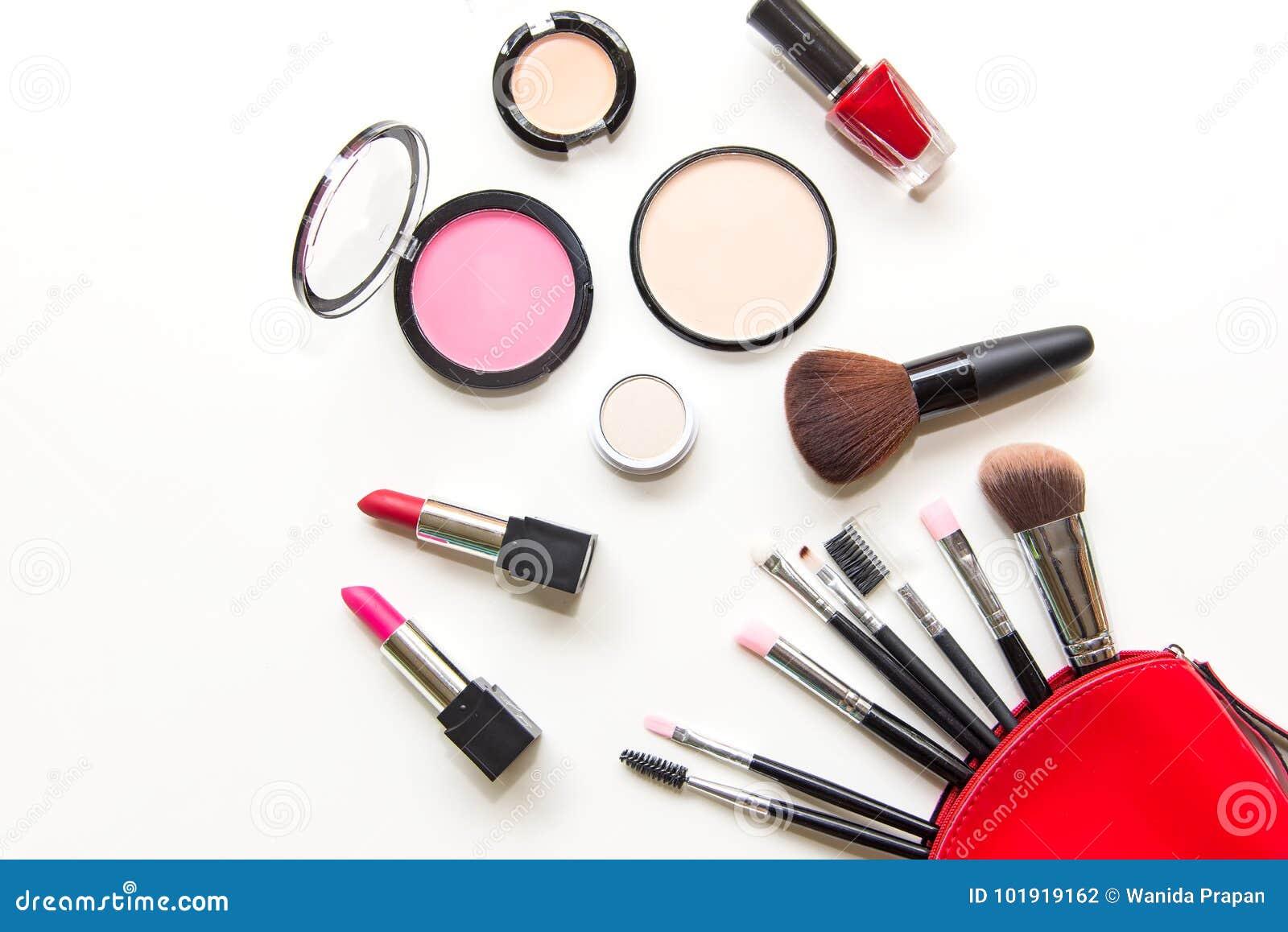 Makeup kosmetyków narzędzi piękna i tła kosmetyki produkty i twarzowi kosmetyki, pakują pomadkę, eyeshadow na białym bac