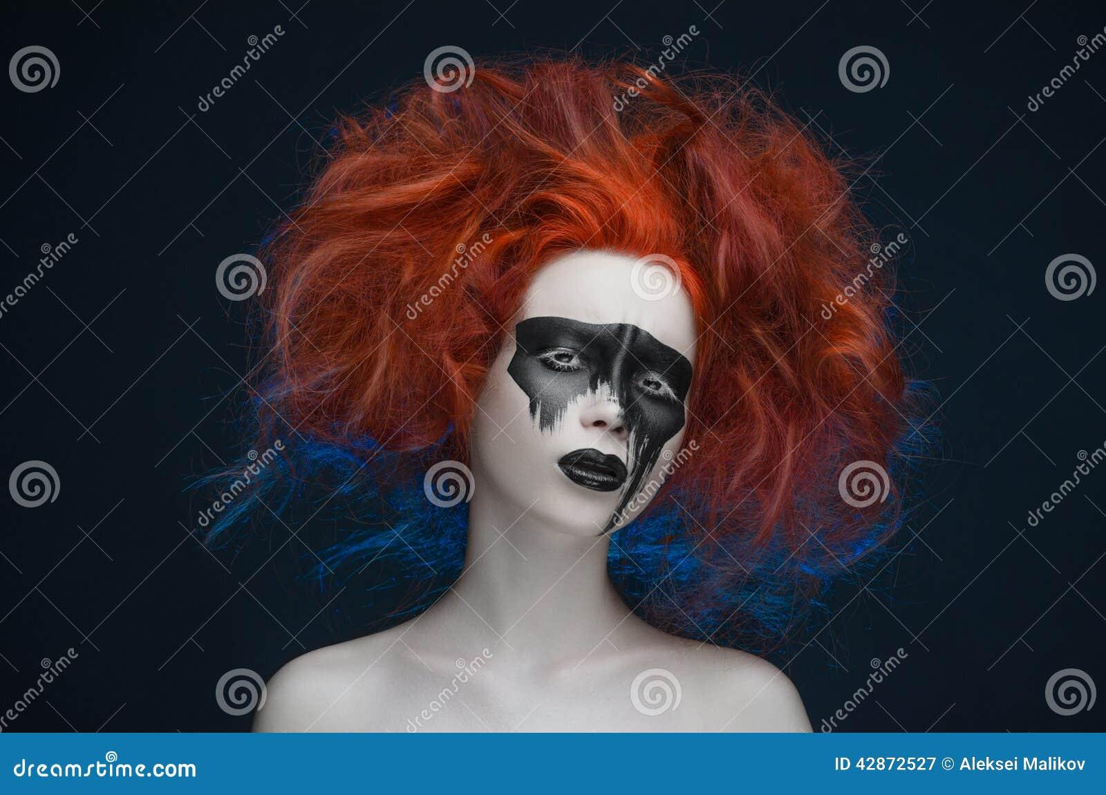 Makeup maskowa czerwona włosiana dziewczyna