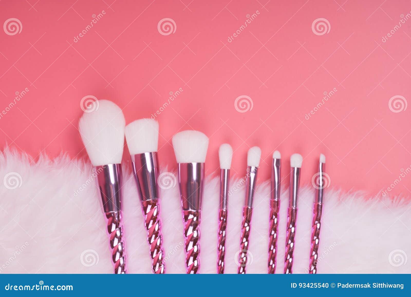 Makeup muśnięcia set na czerwieni menchii pastelu tle