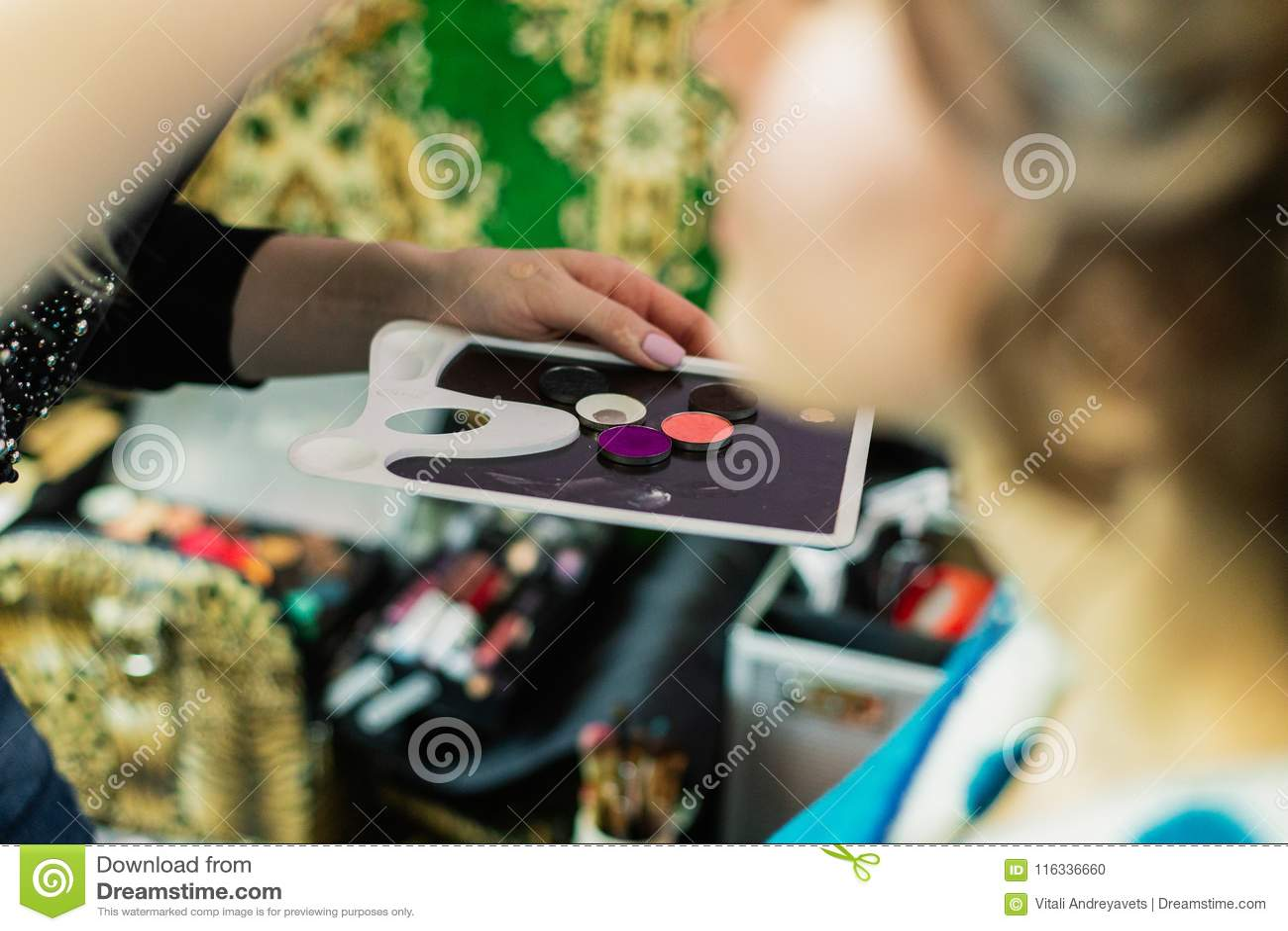 Makeup narzędzie w rękach kobieta która robi makeup