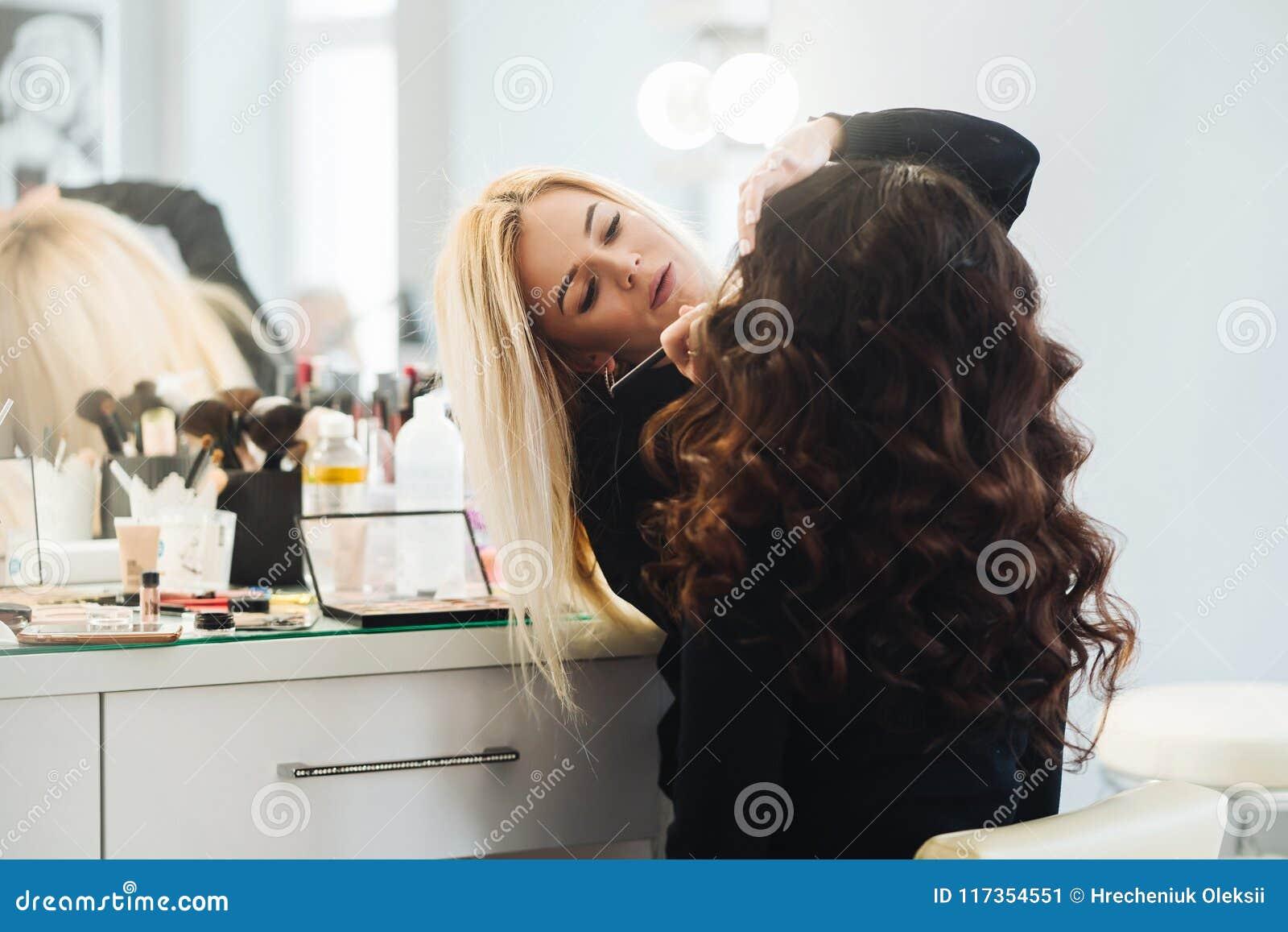 Makeup och frisyr för en härlig modell