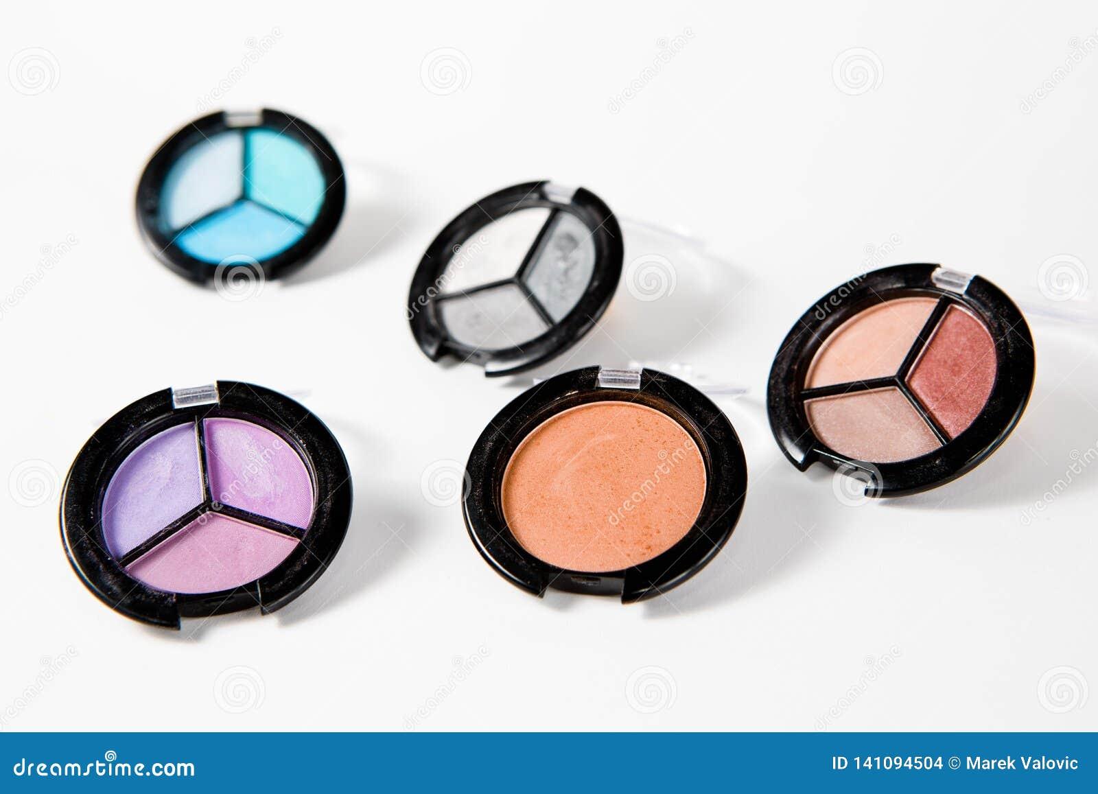 Makeup ustawiający w wiele cieniach na białym tle