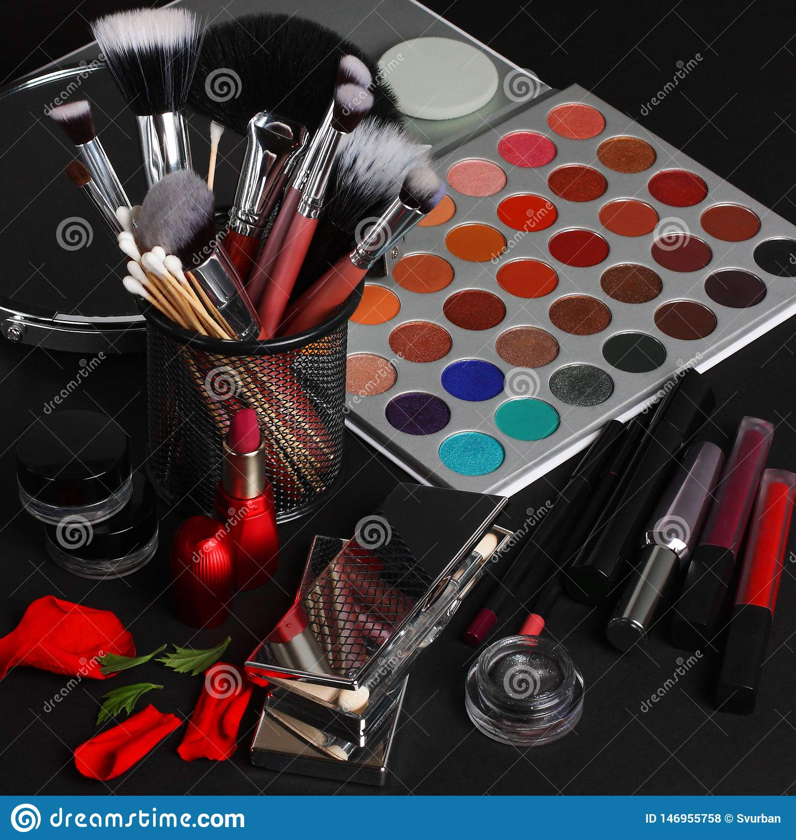 Makeupborstar och sk?nhetsmedel p? en svart bakgrund