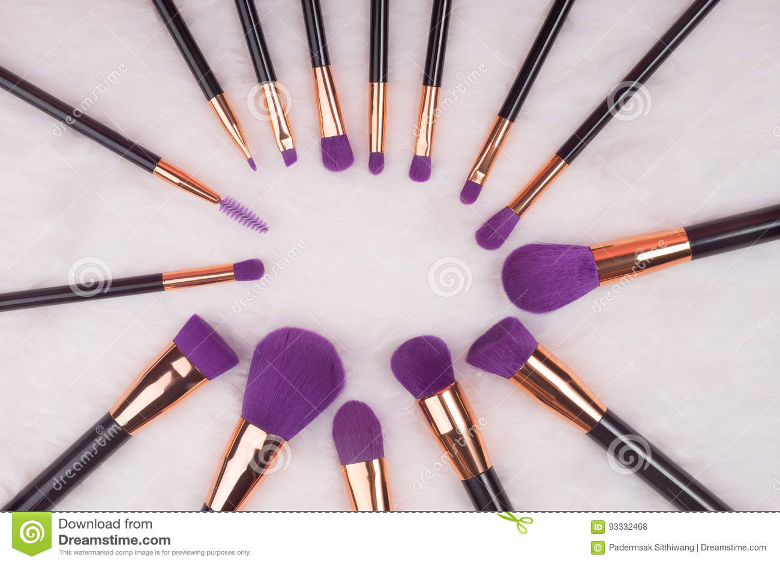 Makeupborsteuppsättning på vit pälsbakgrund