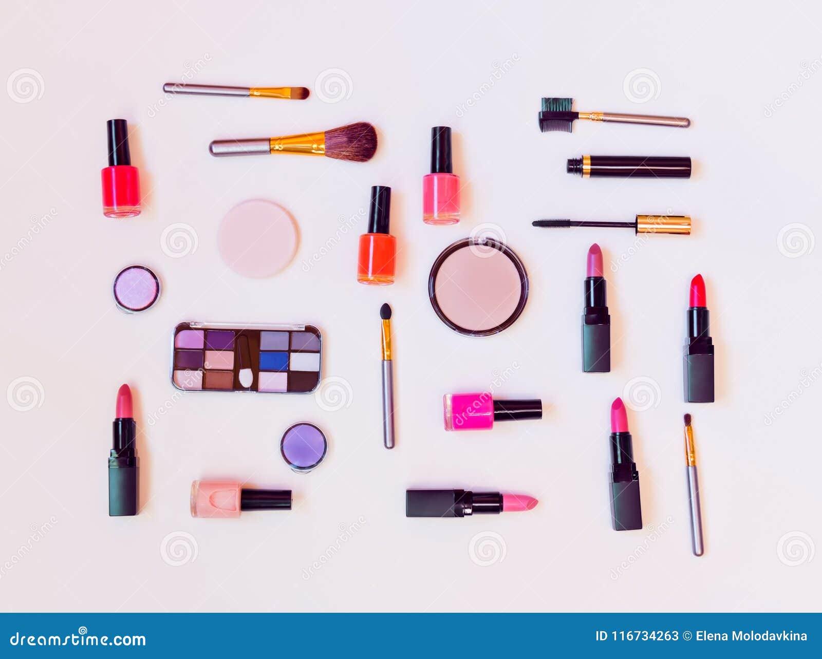 Makeupskönhetsmedel och borstar på pastellfärgad bakgrund