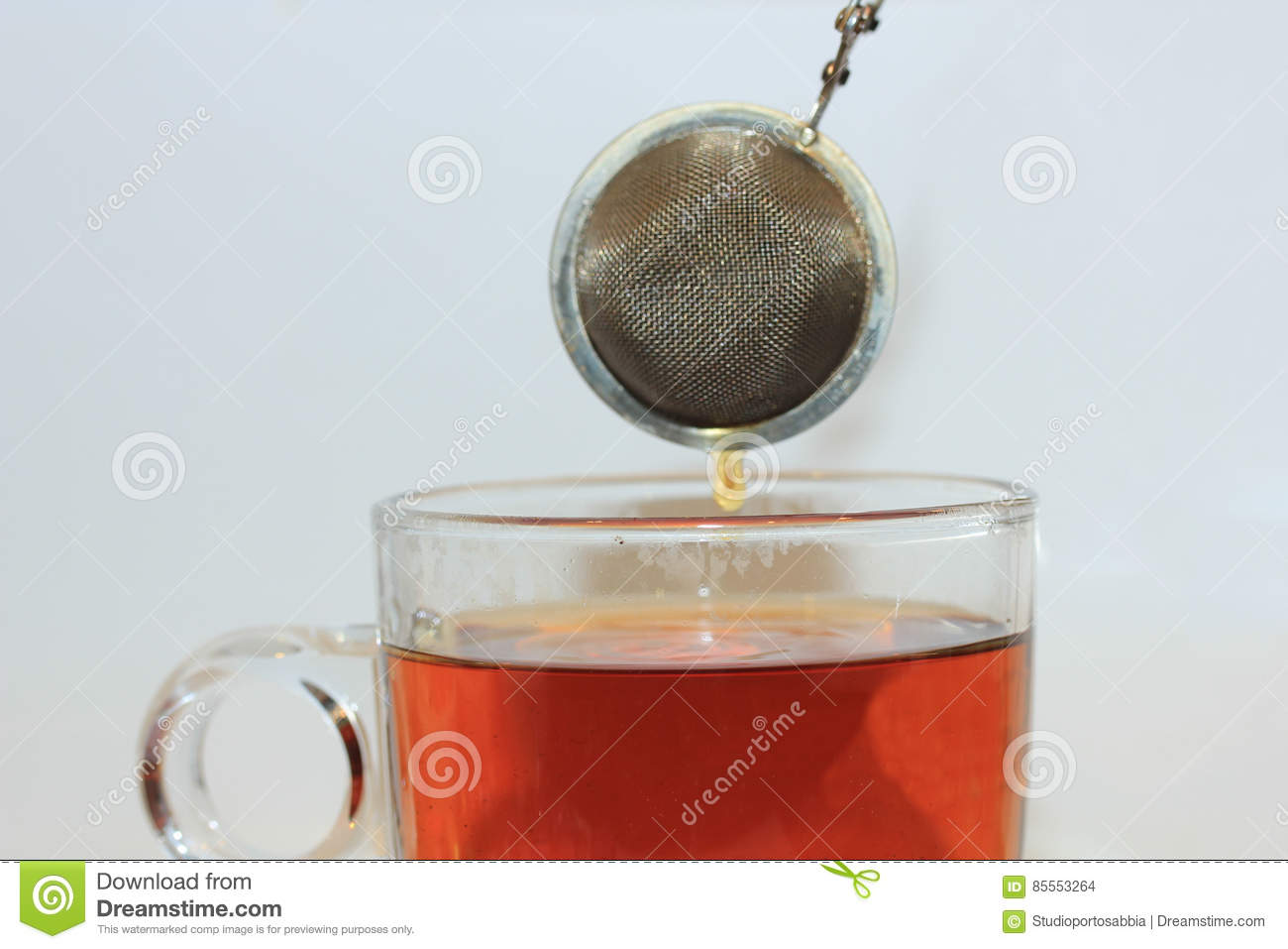 Making tea with infuser