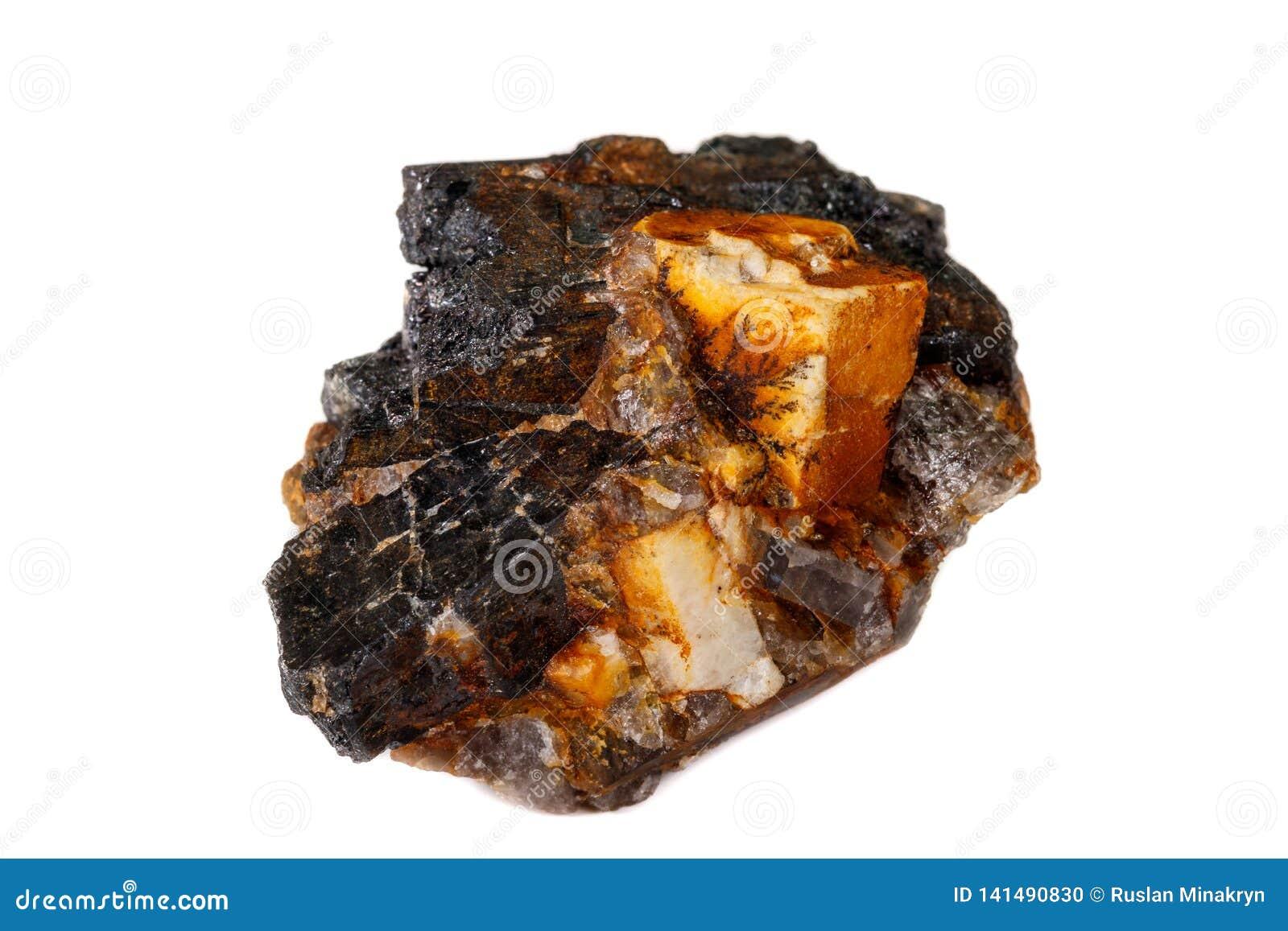Makro av den mineraliska stenen Columbite, Beryl, fältspat på en vit bakgrund