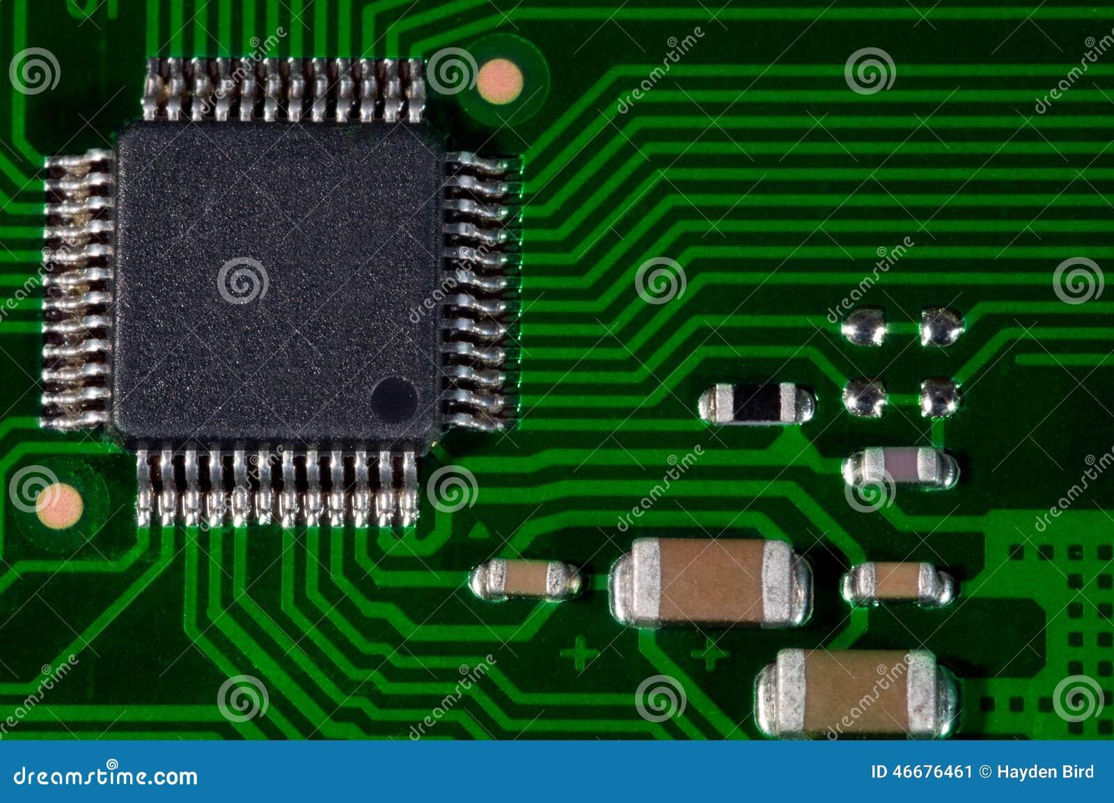 Makro av pcb för bräde för elektronisk strömkrets i gräsplan