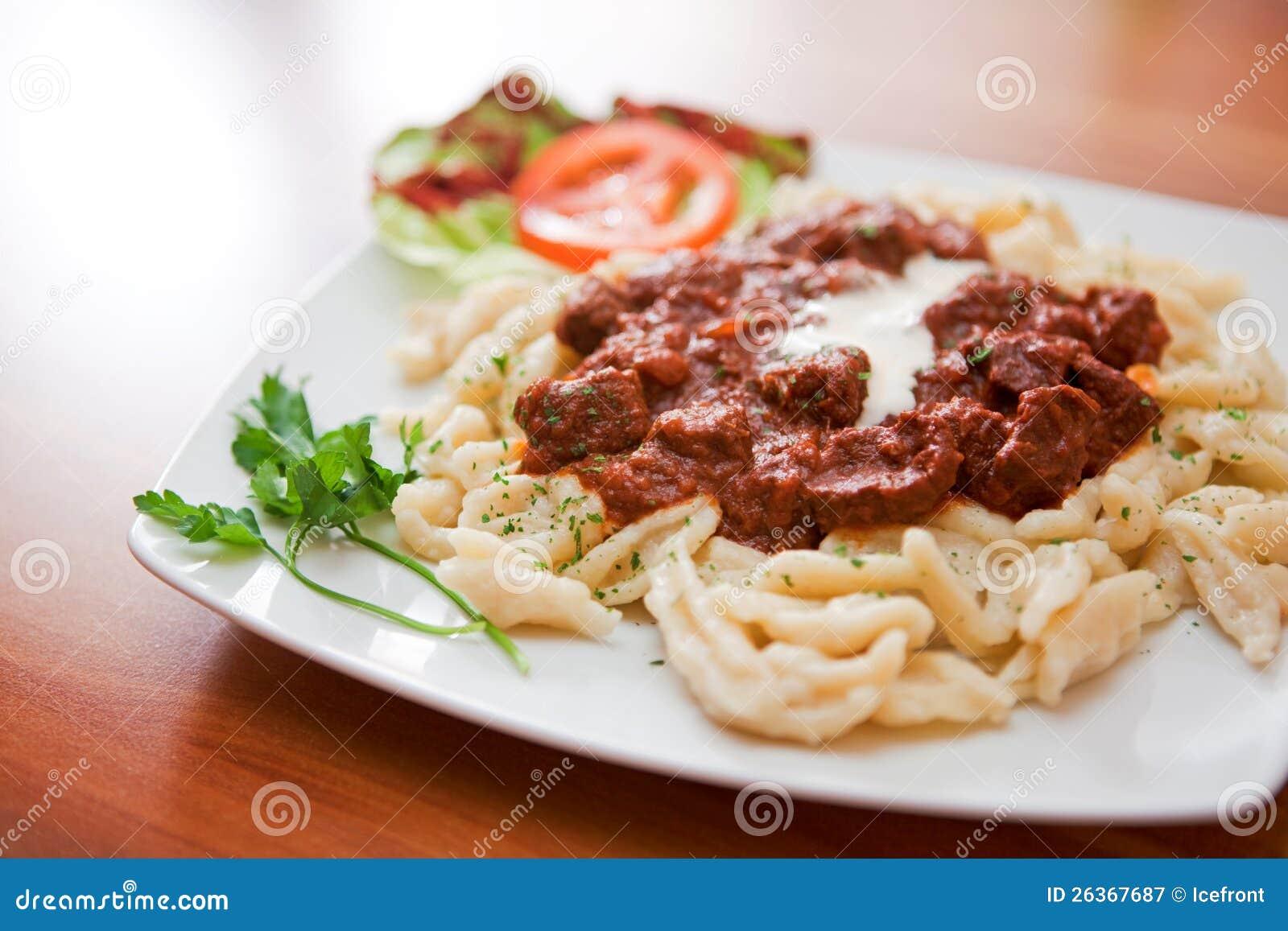 Makro des Rindfleischeintopfgerichts mit Mehlkloß
