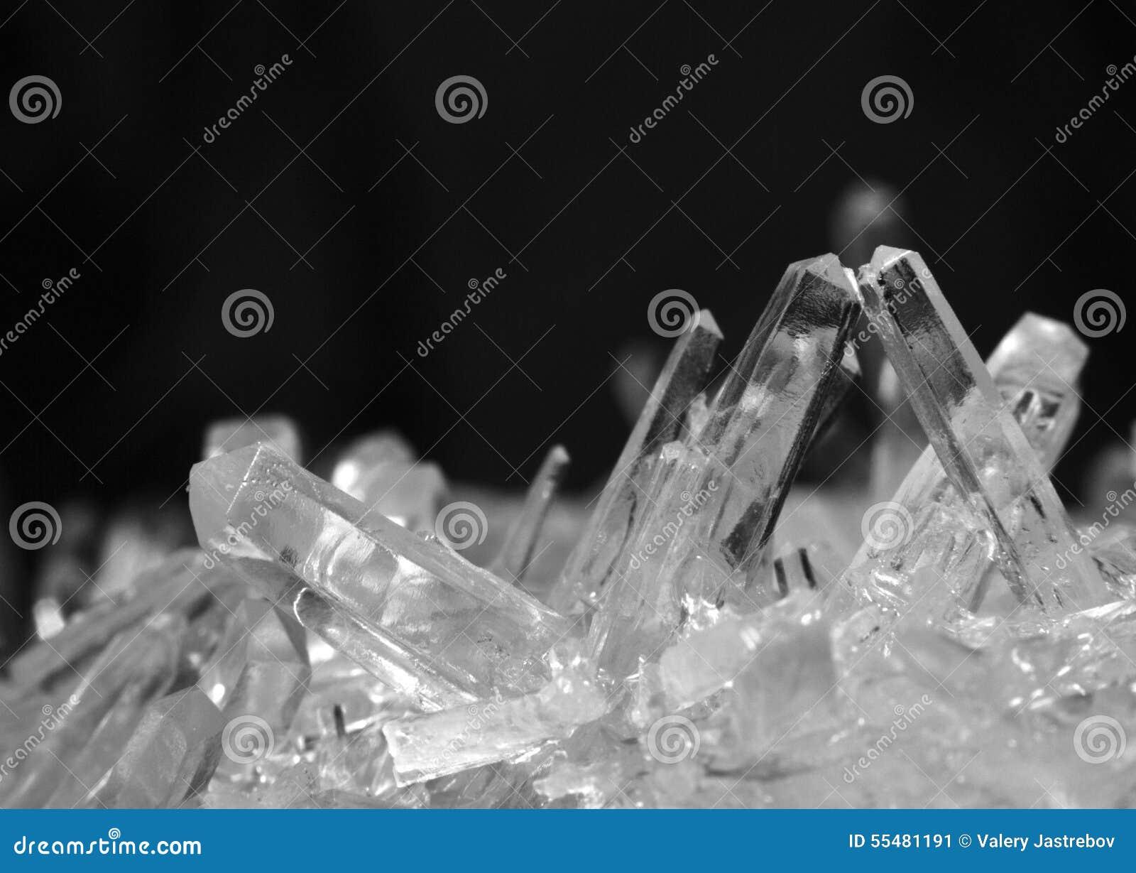 Makro- fotografia solankowi kryształy w czarny i biały