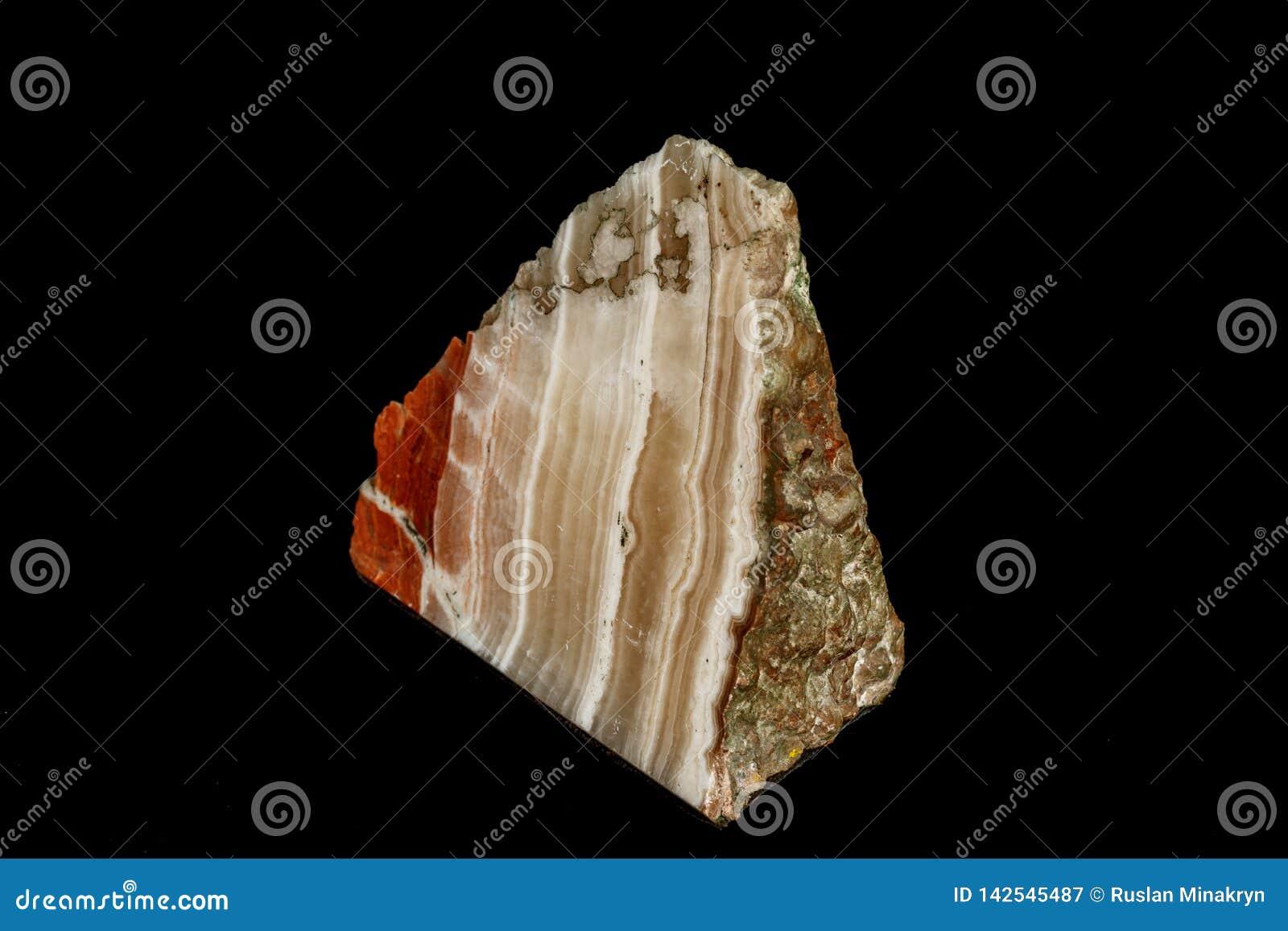 Makro- kamienny kopalina marmuru onyks na czarnym tle