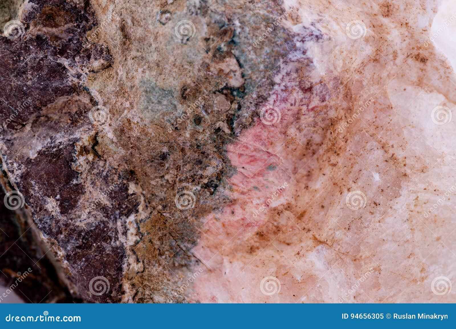 Makro- kopalina kamienia chalcedon na białym tle