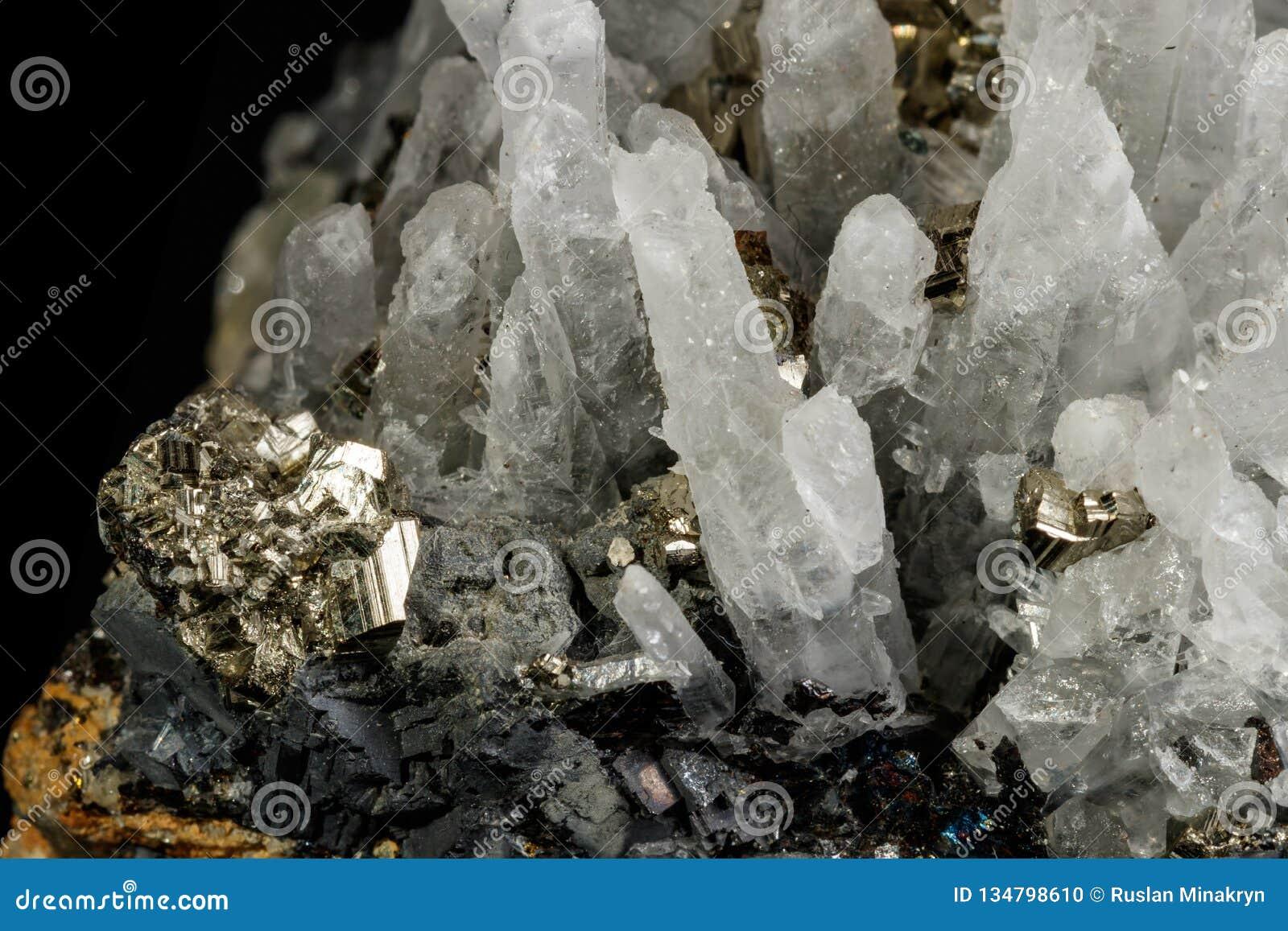 Makro- kopalina kamienia galena, Sphalerite, piryt, kwarc na czarnym tle