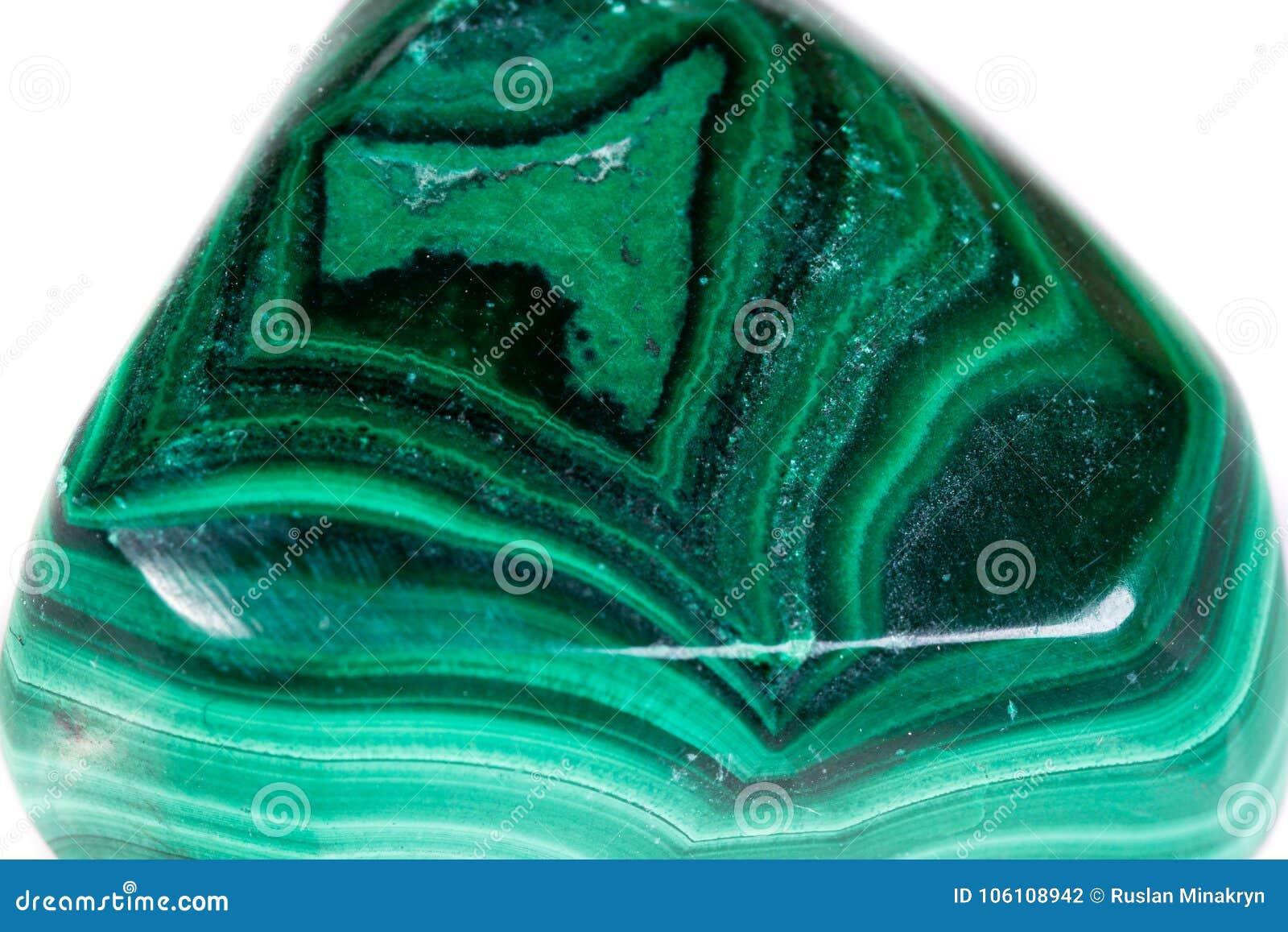 Makro- kopalina kamienia malachit na białym tle