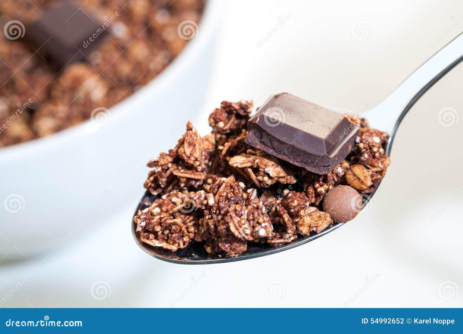 Makro som är nära upp av skeden med chokladmysli