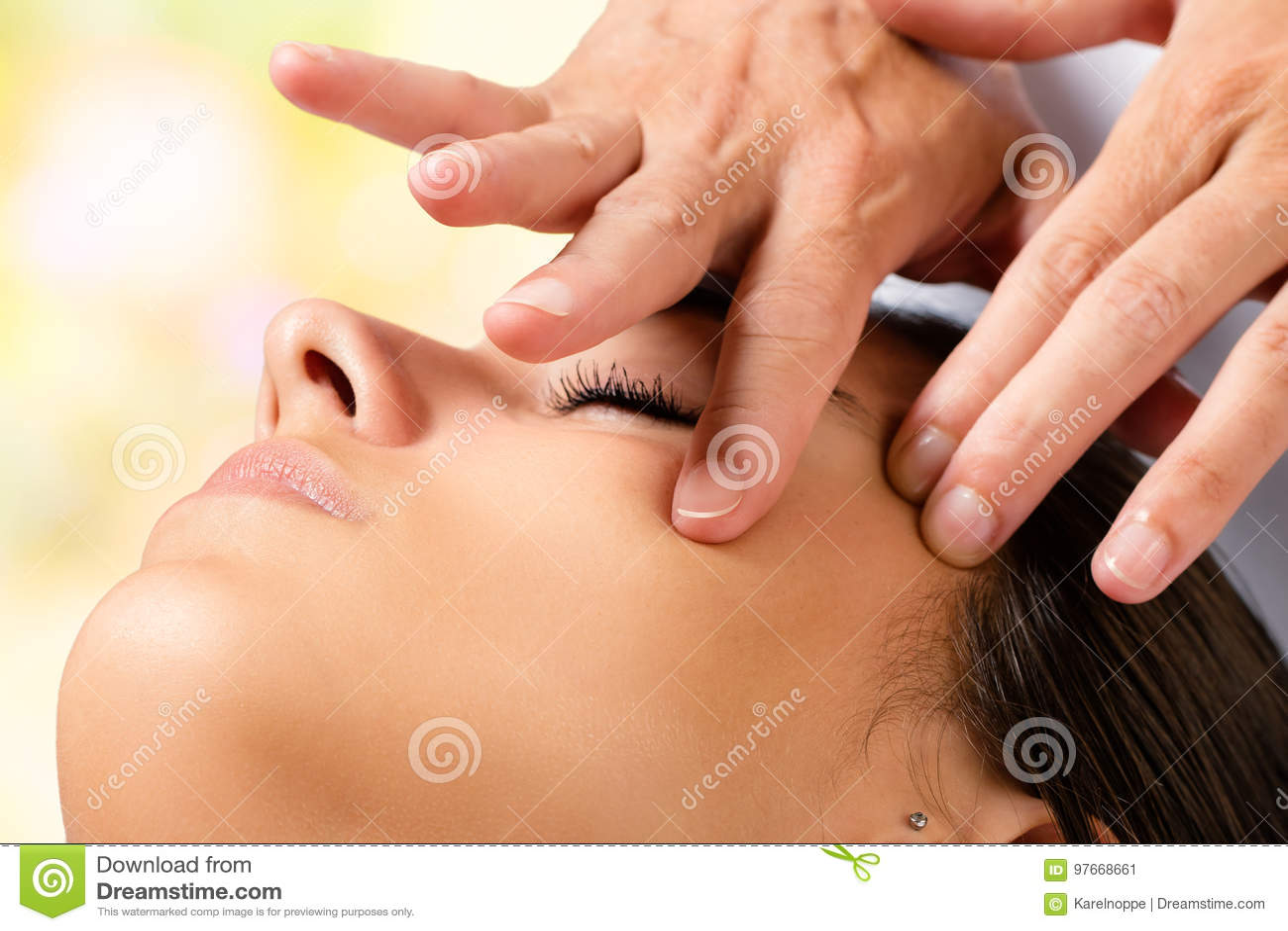Makro som skjutas av kosmetisk framsidamassage