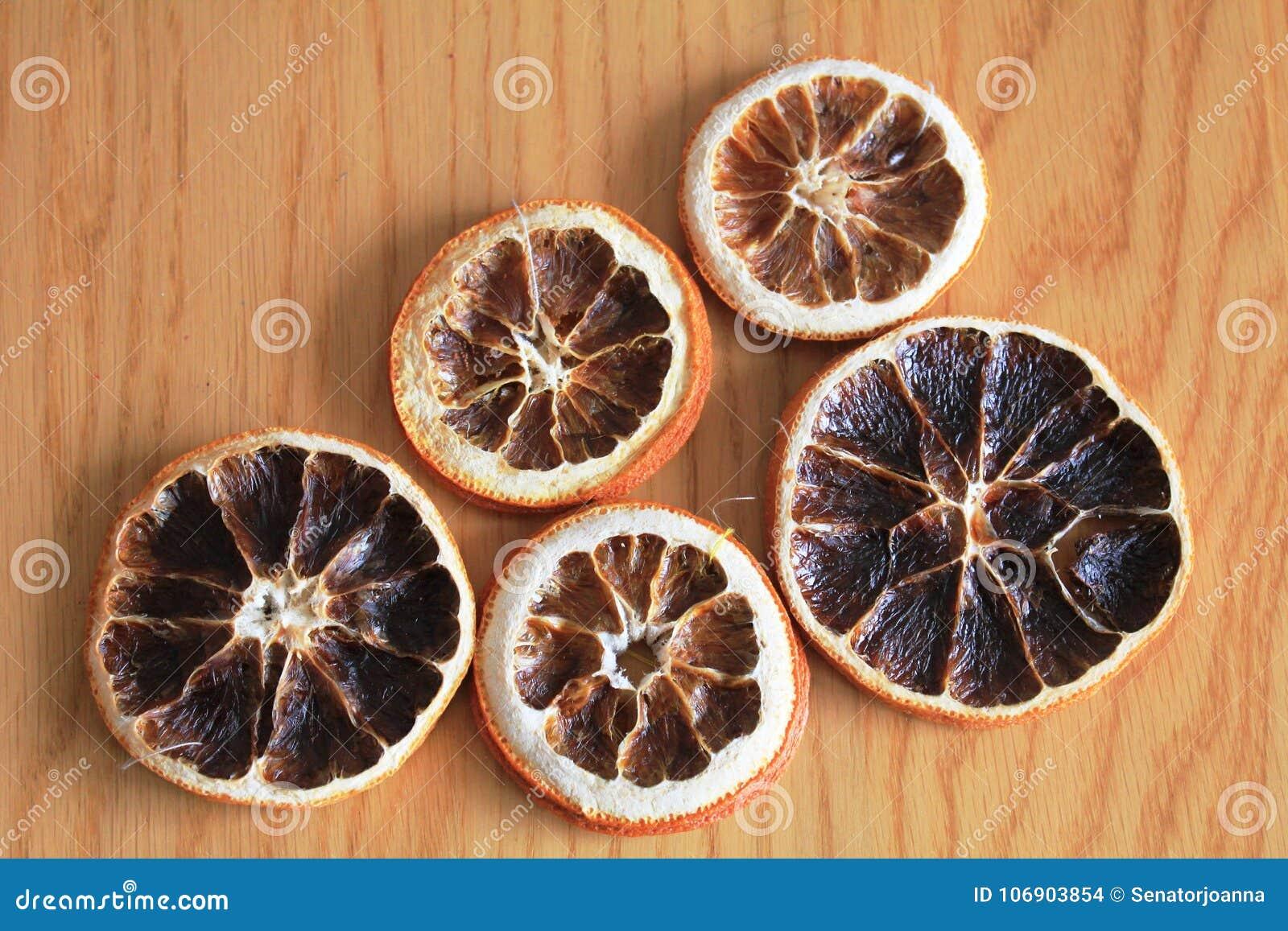 Makro- suche pomarańcze na drewnianym stole
