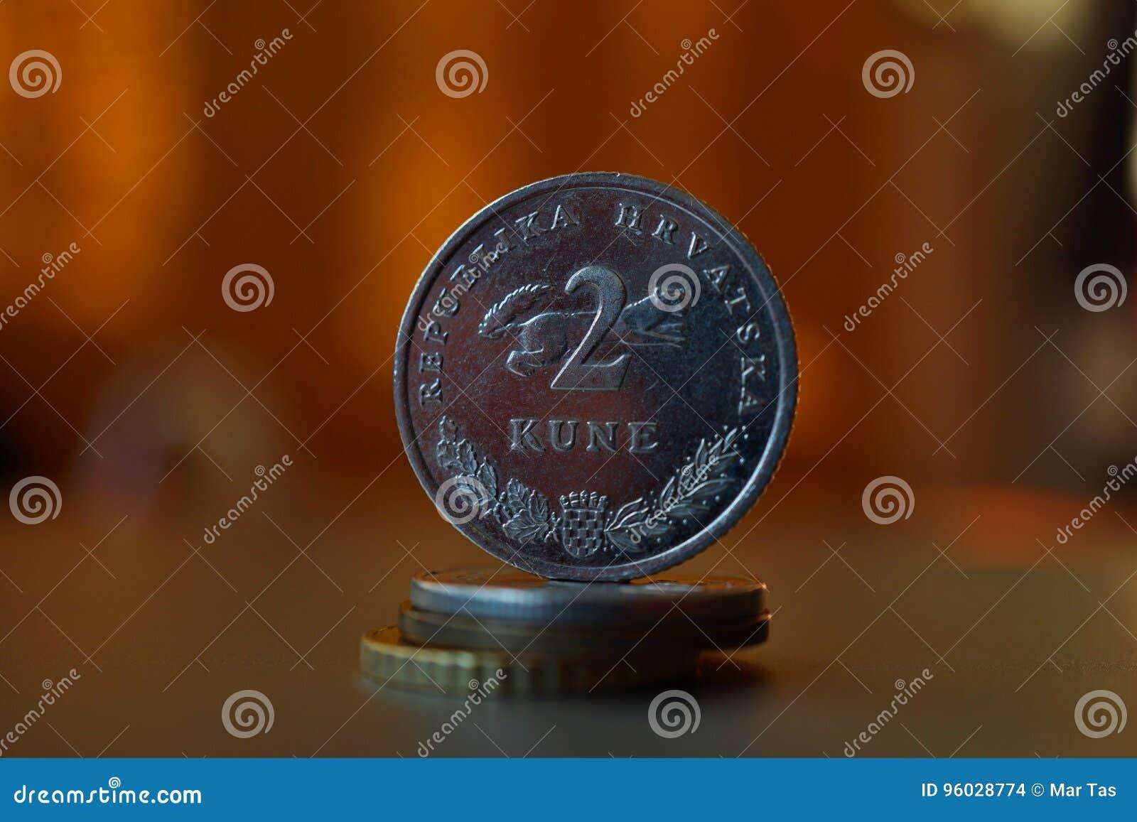 Makro- szczegół metalu chorwacja moneta x28 &; 2 Kune& x29; na wierzchołku kolumna tworzył monety