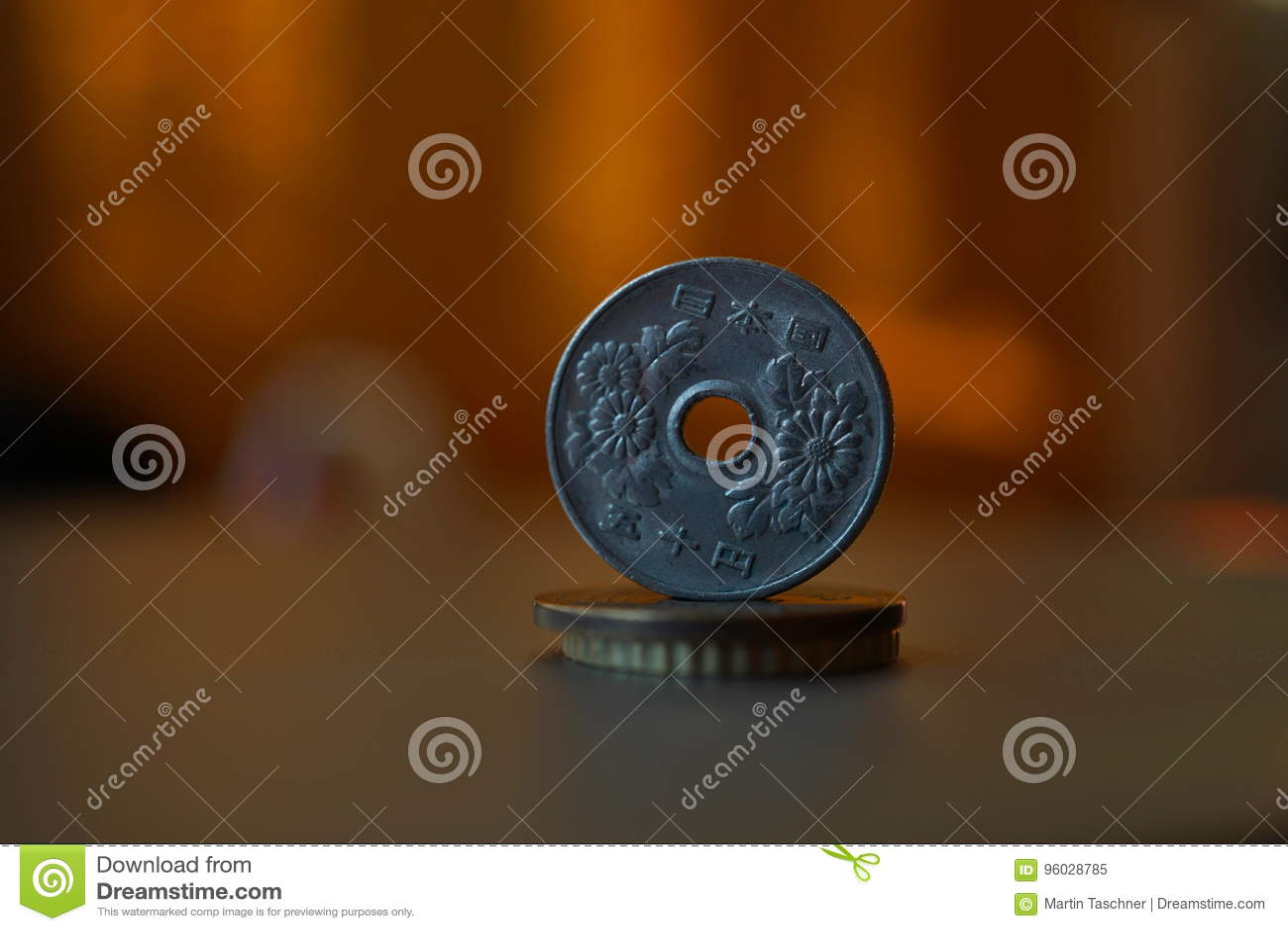 Makro- szczegół metalu japończyka moneta x28 &; Japończyk Yen& x29; na wierzchołku kolumna tworzył monety