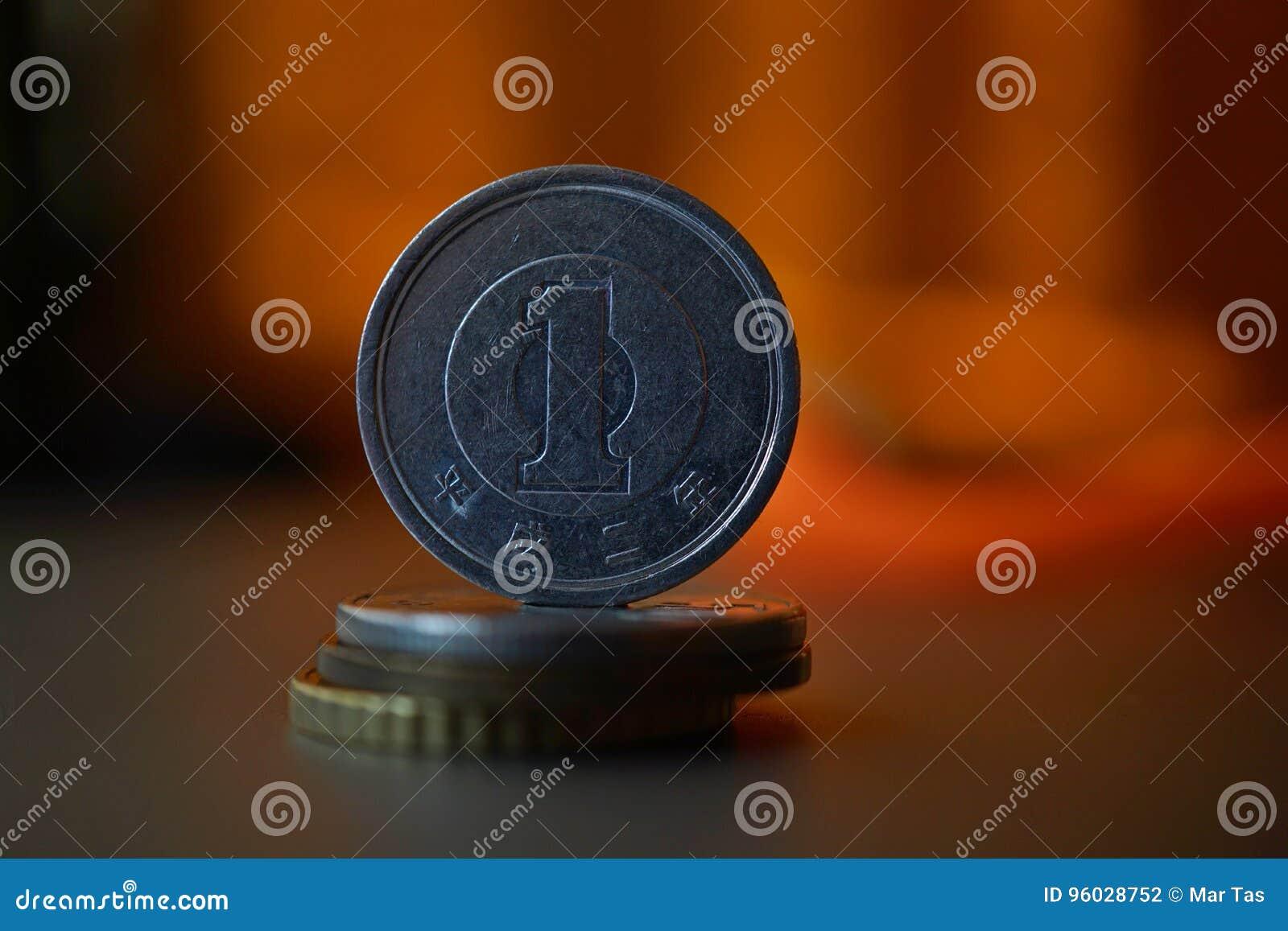 Makro- szczegół metalu japończyka monety Japoński jen na wierzchołku kolumna tworzył monety z pozytywnym kolorowym ciepłym backgr