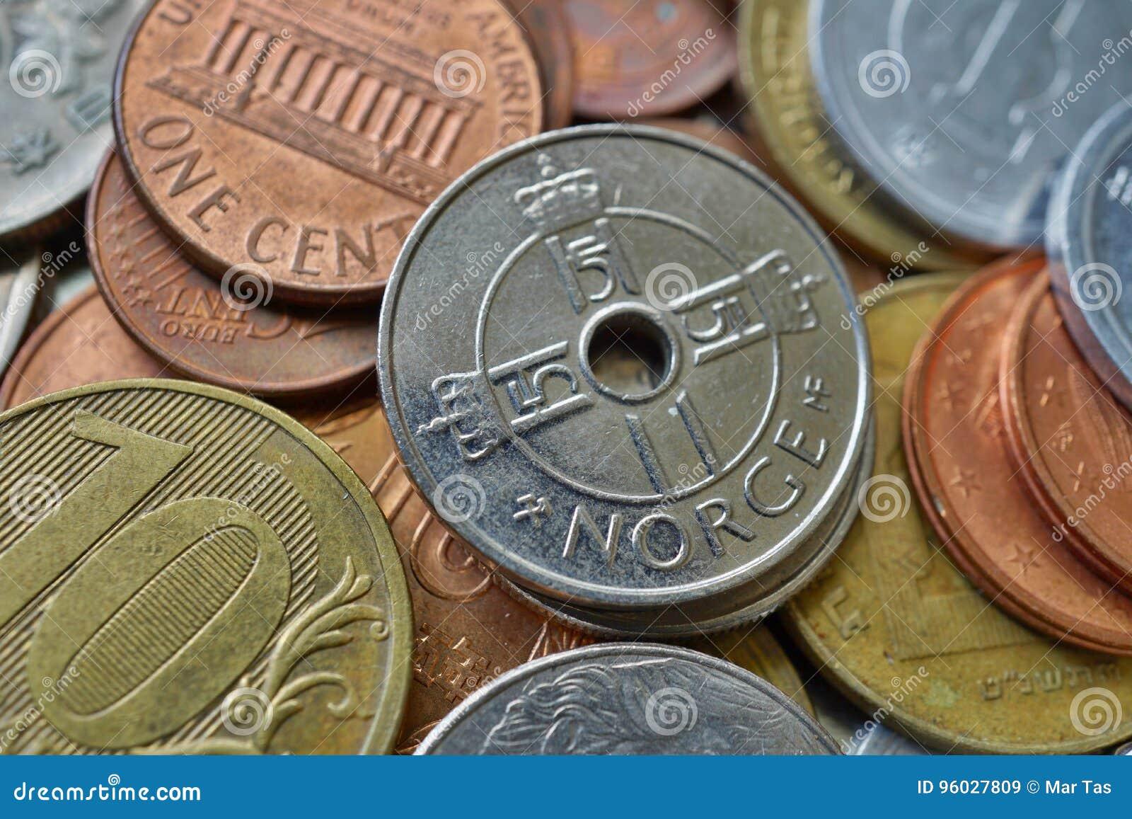 Makro- szczegół pięć Norwescy x28 & korony; NOK& x29; na wierzchołku robić wiele różnorodne waluty rozsypisko