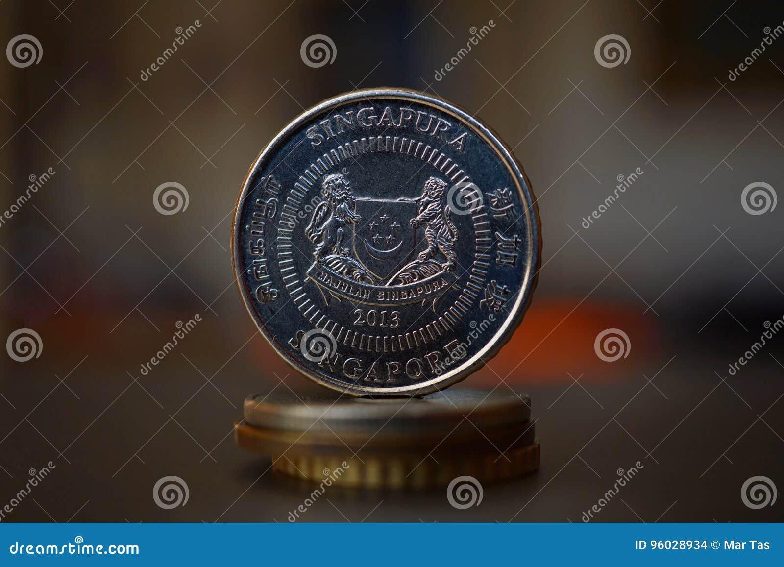 Makro- szczegół Singapurski x28 & moneta; Singapur dolar, SGD& x29; na wierzchołku kolumna