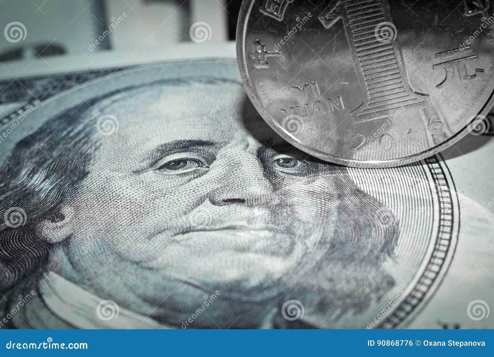 Makro- von hundert Dollarschein und Yuan prägen das Rollen über Franklin's-Augen