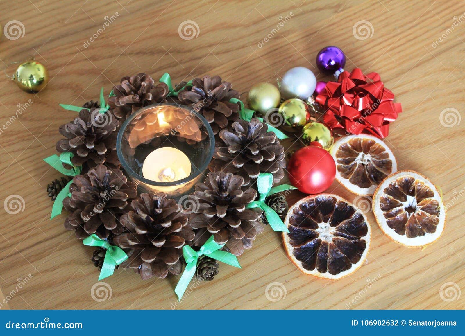 Makro- Xmas dekoracja z rożkami i suchymi pomarańczami na drewnianym stole