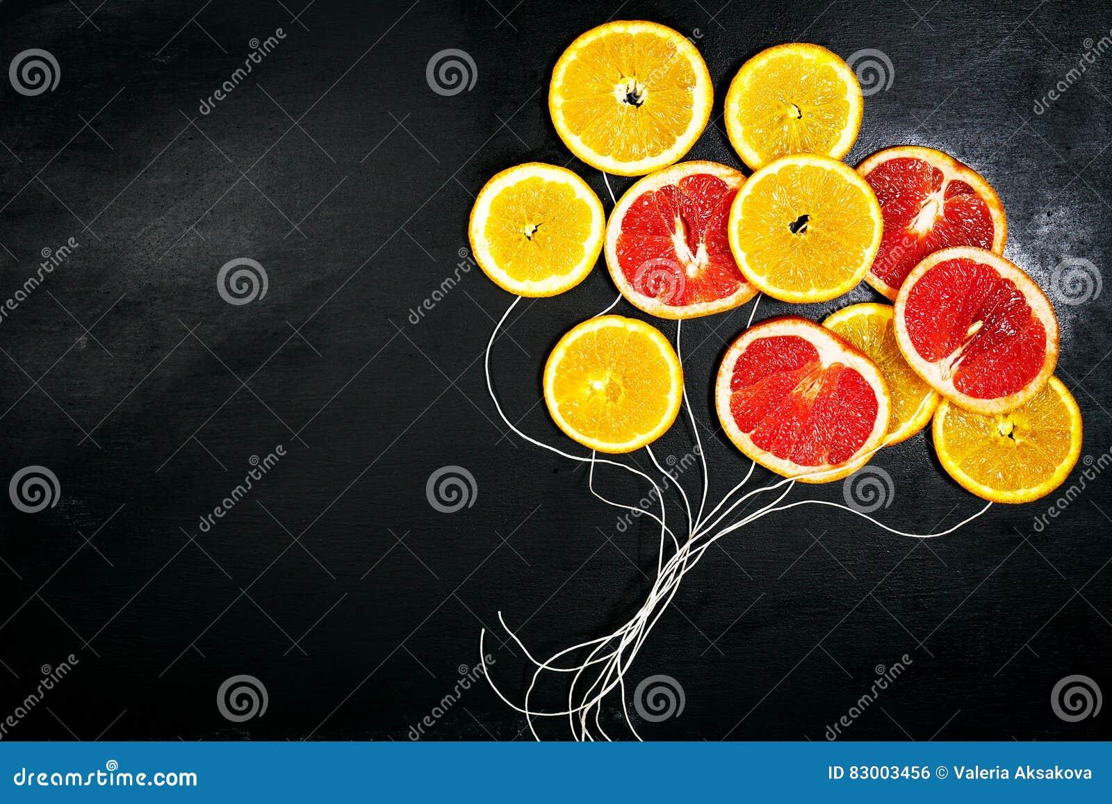 Makrofoto der Nahrung Art Fruchtscheiben auf einem dunklen Tafel-Hintergrund mit stri