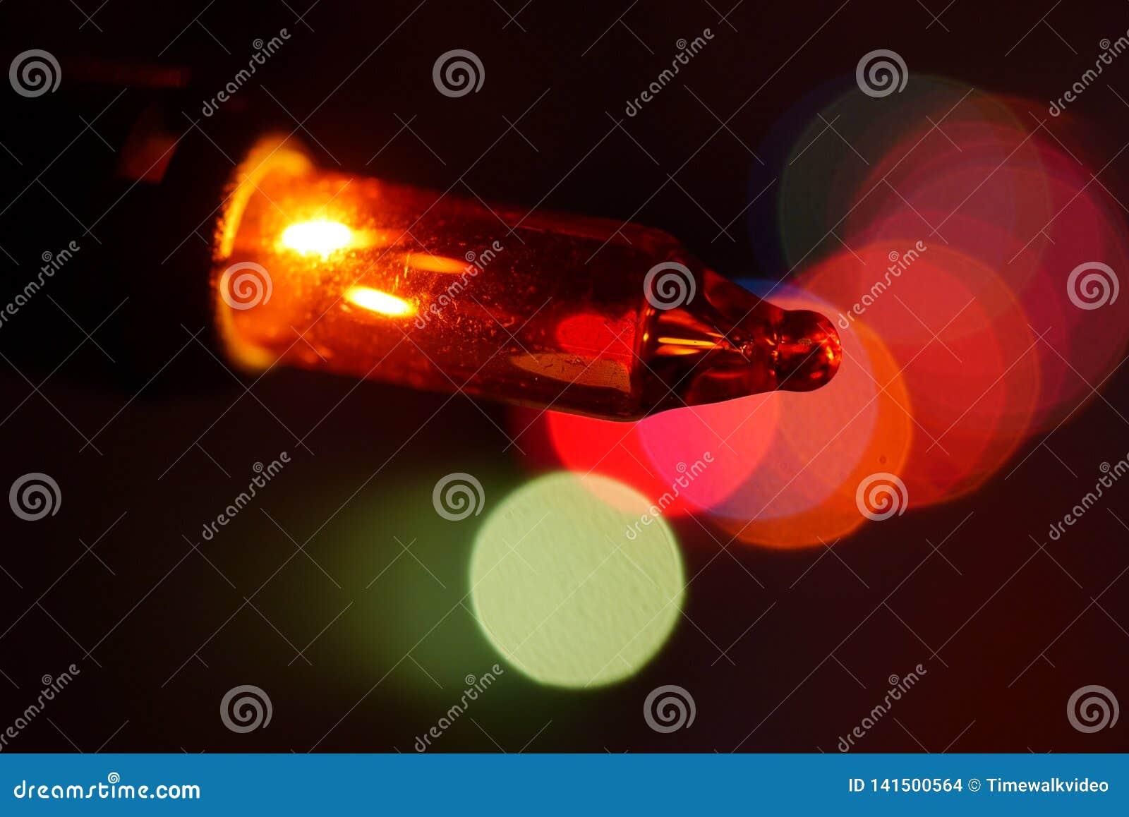 Makronärbild av den orange julgranlightbulben
