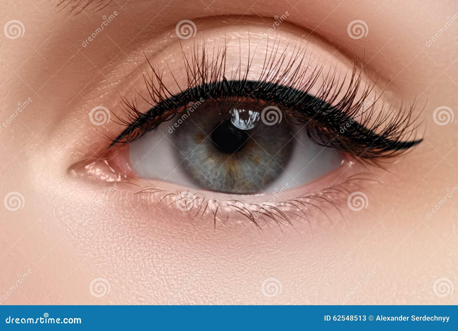 Makroschuß des schönen Auges der Frau mit den extrem langen Wimpern Sexy Ansicht, sinnlicher Blick Weibliches Auge mit den langen