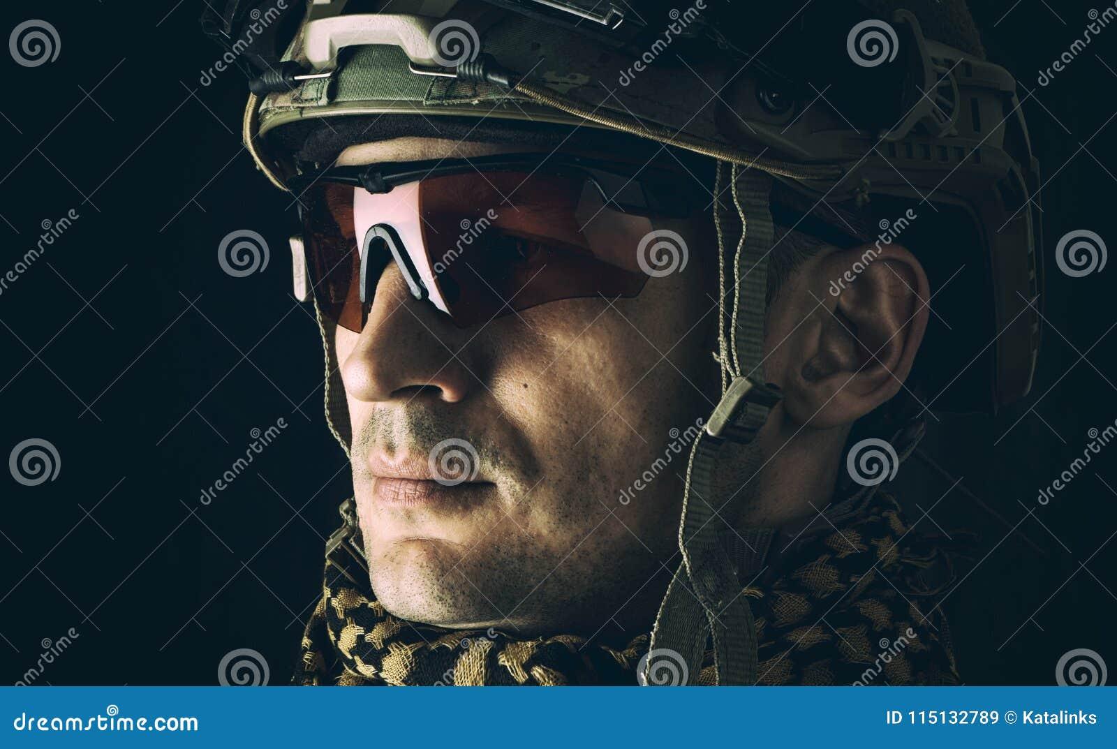 Makrostående av den stiliga militära mannen