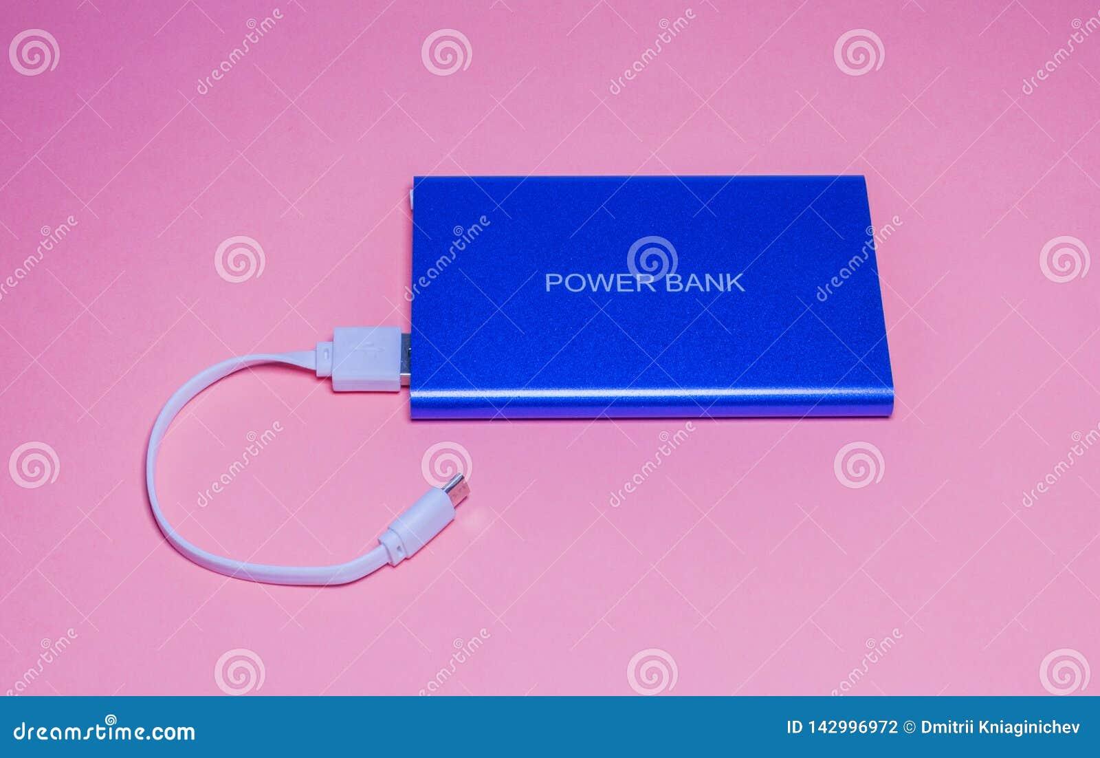 Maktbank för laddningstelefon på rosa bakgrund-bild
