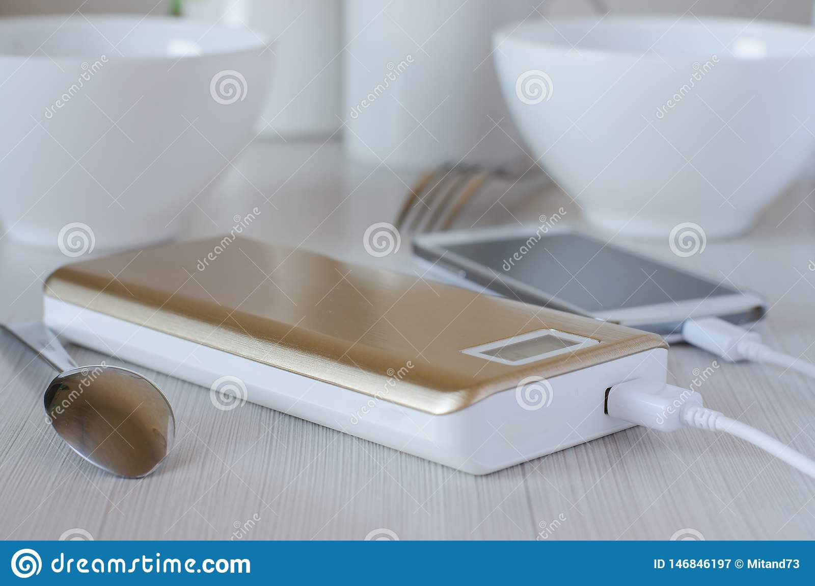 Maktbankavgiftmobiltelefon p? k?ksbordet
