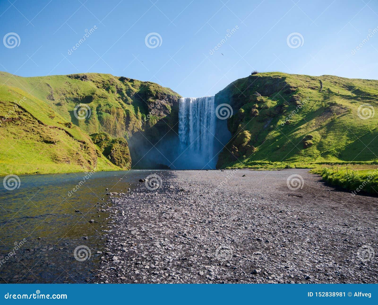 Makten av den Skogafoss vattenfallet, Island