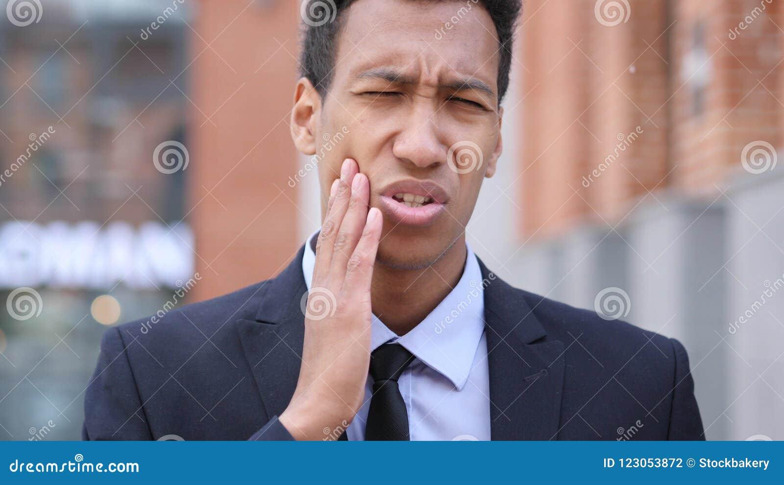 Mal de dents, homme d affaires africain avec l infection de dent