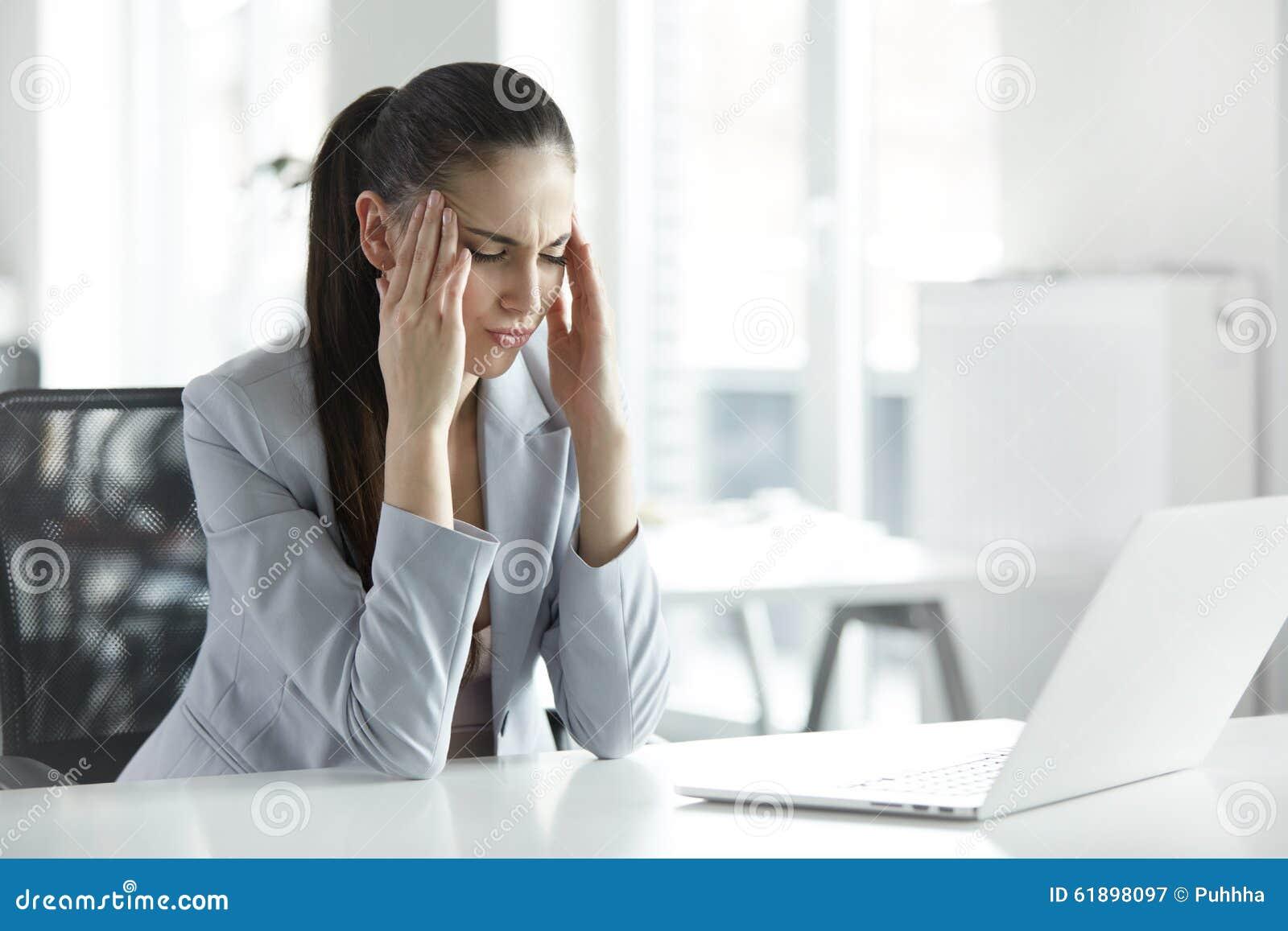Mal de tête et tension au travail Portrait de jeune femme d affaires à