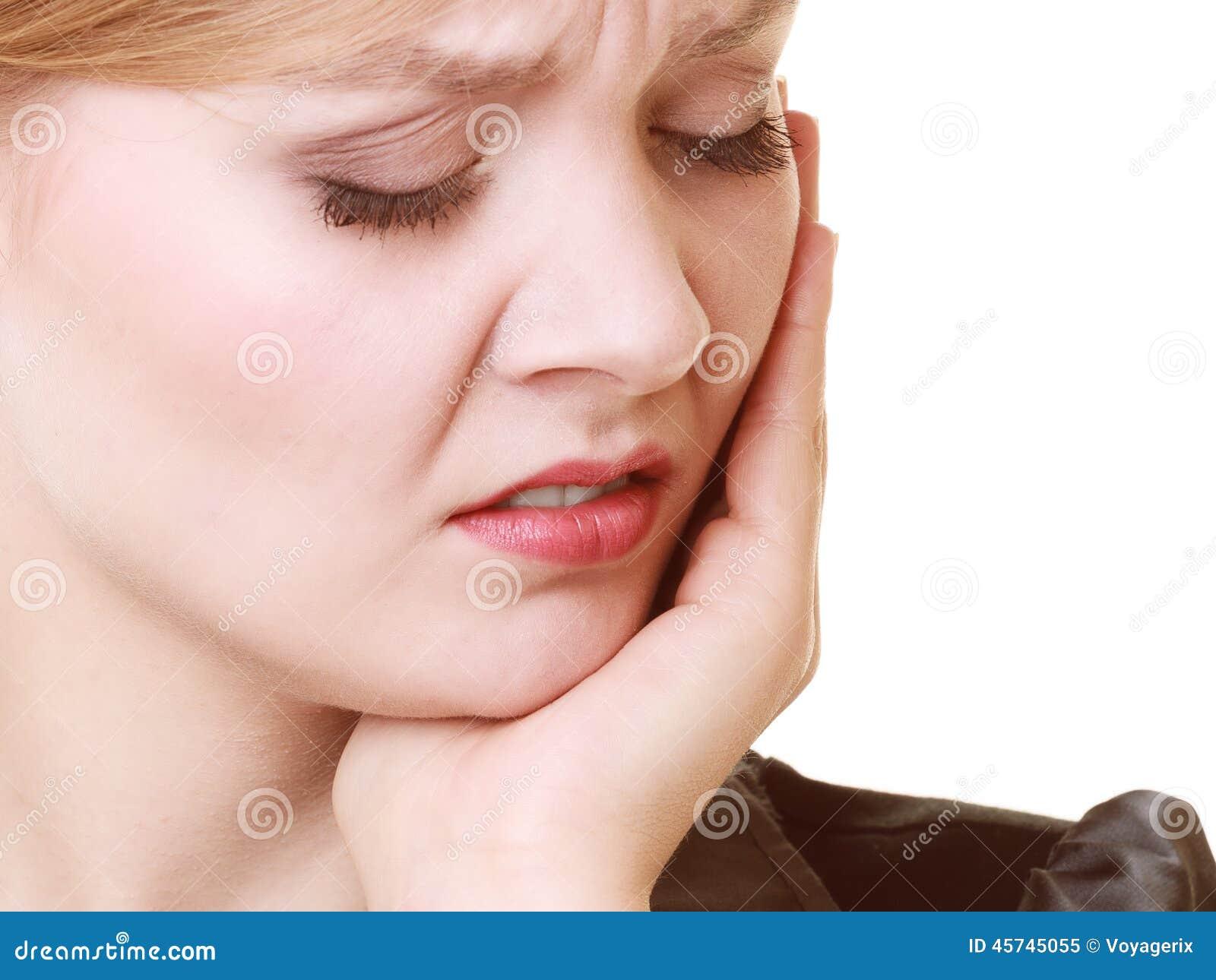 Mal di denti Giovane donna che soffre dal dolore di dente isolato