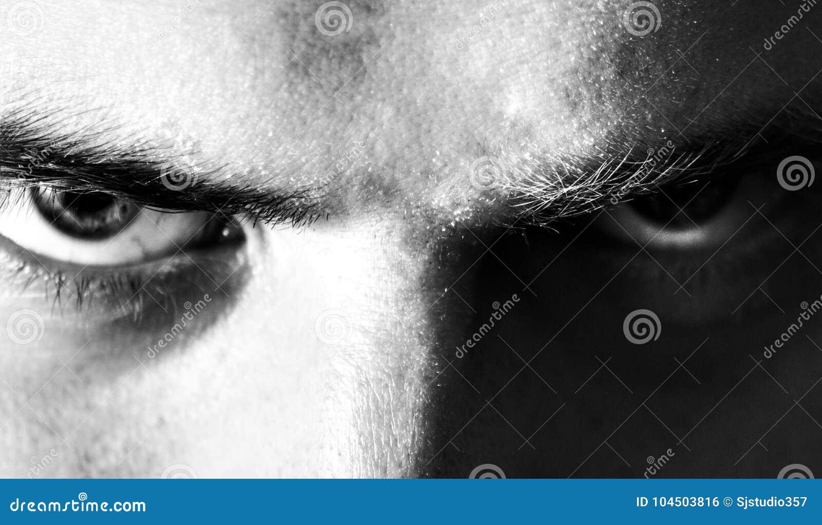 Mal, enojado, serio, ojos, hombre de la mirada, mirando en la cámara, retrato blanco y negro