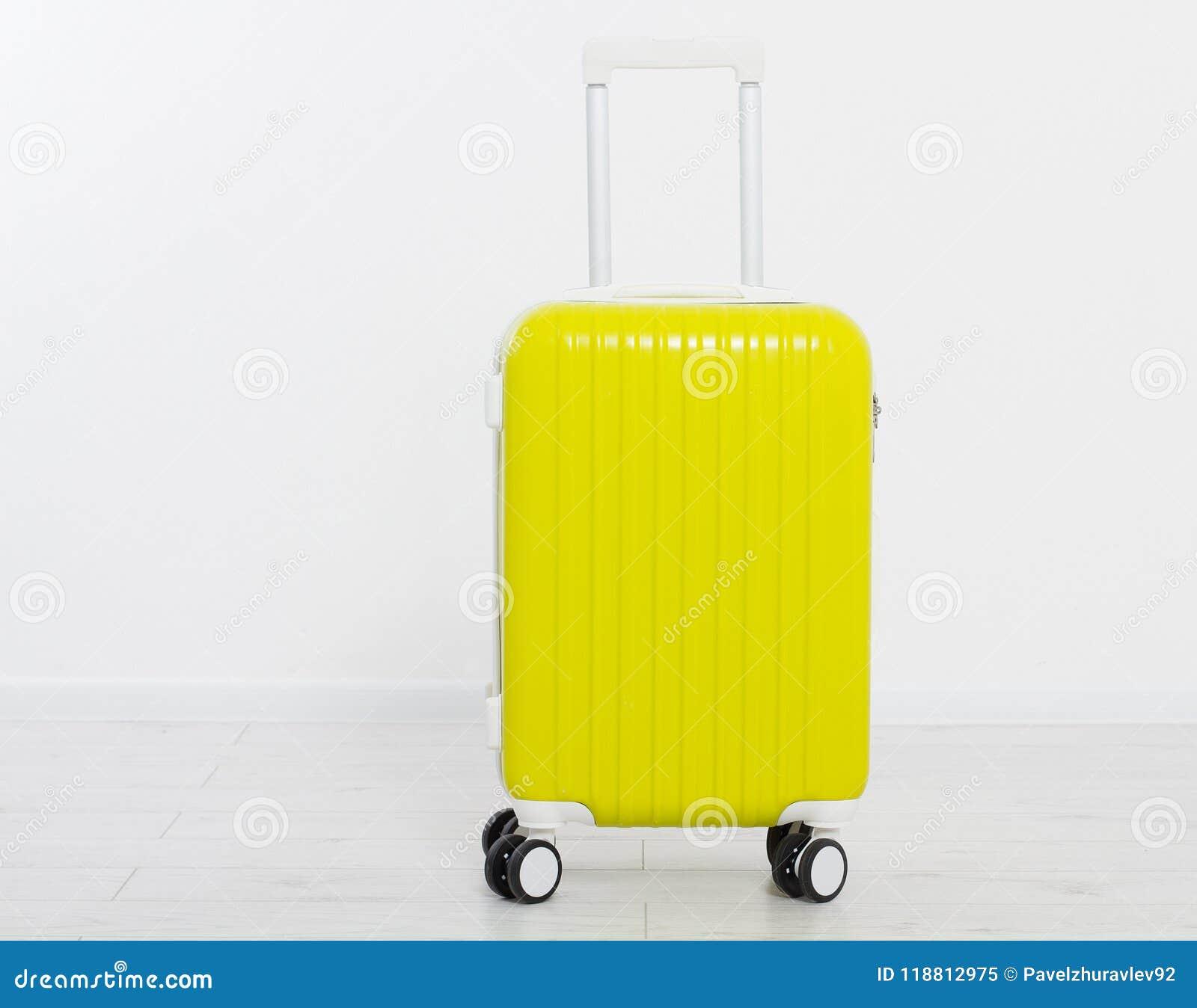 Mala de viagem amarela no fundo branco Férias de verão r Zombaria acima Copie o espaço molde blank